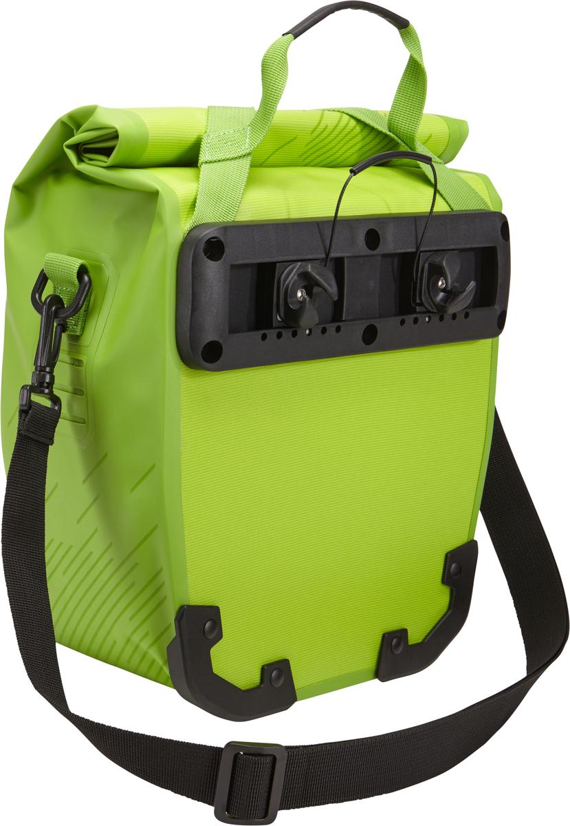 Эти многофункциональные водонепроницаемые сумки обеспечивают безопасность и защиту благодаря ярким светоотражающим элементам и сворачивающейся верхней части. Единая конструкция со сворачивающейся верхней частью гарантирует, что вещи внутри останутся сухими и чистыми. Система крепления на магнитах проста в использовании, надежна и имеет малый уровень вибрации. Яркие светоотражающие элементы на передней и боковой панелях улучшают заметность на дороге. Удобные точки крепления для фонарей обеспечивают дополнительную безопасность. Внутренние карманы для хранения мелких вещей. Встроенные ручки и отстегиваемый ремень для ношения через плечо обеспечивают несколько вариантов переноски. Лучше всего подходит для багажников Thule, но может использоваться практически с любым велосипедным багажником. Продаются парами.    Гид по велоаксессуарам. Статья OZON Гид