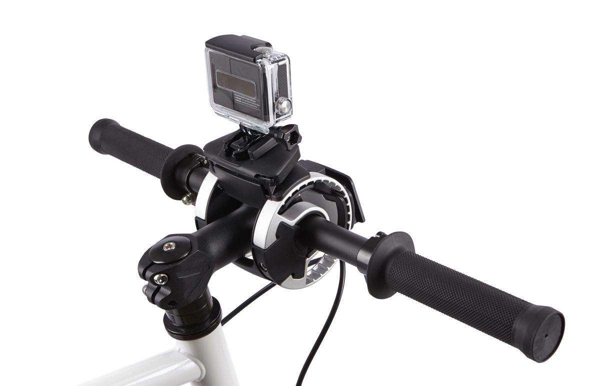 Крепление на руль Thule Pack n Pedal Action Cam Mount, для экшн-камеры и GoPro100081Крепление на руль Thule для камеры прочно фиксирует камеру.Камера устанавливается и снимается за считанные секунды одним щелчком.Возможно множество положений фиксации камеры, которые не создают помех для велосипедиста, позволяя записывать все происходящее.Лучше всего подходит для камер GoPro, но сочетается практически с любыми экшн-камерами с помощью прилагаемой переходной площадки с липучкой.Внимание! Устанавливается на руль велосипеда при помощи держателя Thule Handlebar (приобретается отдельно).