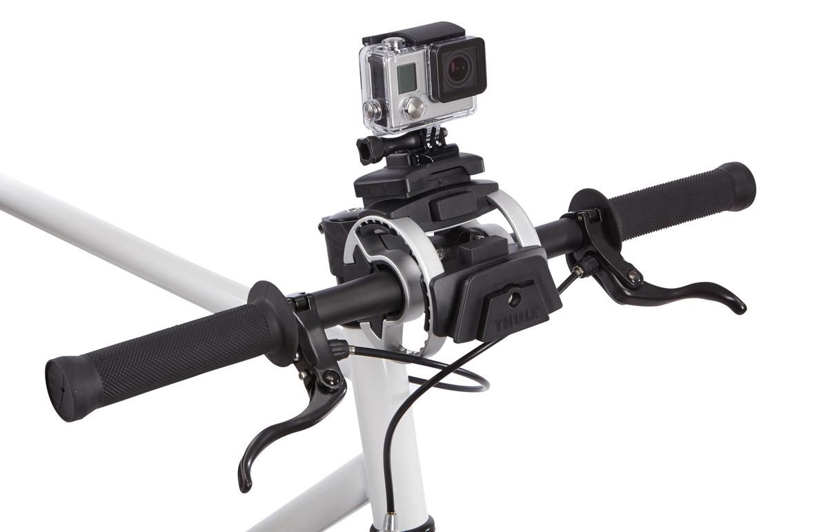 """Крепление на руль Thule для камеры прочно фиксирует камеру. Камера устанавливается и снимается за считанные секунды одним """"щелчком"""". Возможно множество положений фиксации камеры, которые не создают помех для велосипедиста, позволяя записывать все происходящее. Лучше всего подходит для камер GoPro, но сочетается практически с любыми экшн-камерами с помощью прилагаемой переходной площадки с """"липучкой"""". Внимание! Устанавливается на руль велосипеда при помощи держателя Thule Handlebar (приобретается отдельно).    Гид по велоаксессуарам. Статья OZON Гид"""