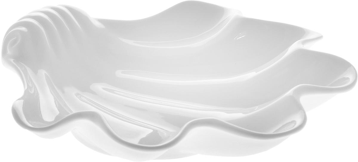 """Оригинальное блюдо Wilmax """"Ракушка"""", изготовленное из фарфора с  глазурованным покрытием, оснащена  ручками для удобной переноски. Изделие прекрасно  подойдет для подачи нарезок, закусок и других  блюд. Оно украсит ваш кухонный стол, а также станет  замечательным подарком к любому празднику. Можно мыть в посудомоечной машине и использовать в микроволновой печи. Размер блюда: 28,5 х 28 см. Высота стенки блюда: 5 см."""