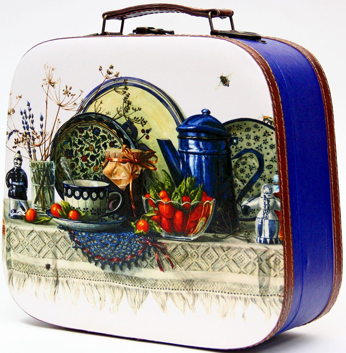 Шкатулка декоративная Magic Home Синий натюрморт, цвет: синий, 28,5 х 25 х 10,5 см42731Декоративная шкатулка Magic Home Синий натюрморт, выполненная из МДФ, оформлена ярким цветным изображением. Изделие закрывается на металлический замок и оснащено оригинальной ручкой под старину для переноски.Такая шкатулка может использоваться для хранения бижутерии, предметов рукоделия, в качестве украшения интерьера, а также послужит хорошим подарком для человека, ценящего практичные и оригинальные вещицы.