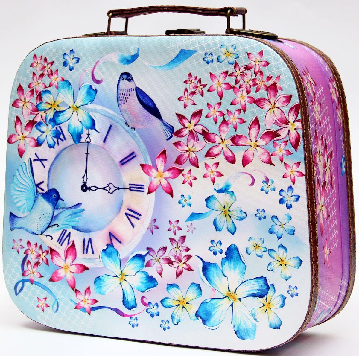 Шкатулка декоративная Magic Home Часы и птичка, цвет: розовый, 28,5 х 25 х 10,5 см42733Декоративная шкатулка Magic Home Часы и птичка, выполненная из МДФ, оформлена ярким цветным изображением. Изделие закрывается на металлический замок и оснащено оригинальной ручкой под старину для переноски.Такая шкатулка может использоваться для хранения бижутерии, предметов рукоделия, в качестве украшения интерьера, а также послужит хорошим подарком для человека, ценящего практичные и оригинальные вещицы.