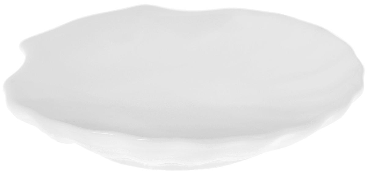 """Оригинальная кокильница """"Wilmax"""", изготовленная из фарфора с глазурованным покрытием, прекрасно подойдет для запекания или подачи блюд из рыбы и морепродуктов.Изделие сочетает в себе классический дизайн с максимальной функциональностью. Кокильница прекрасно впишется в интерьер вашей кухни и станет достойным дополнением к кухонному инвентарю. Можно использовать в посудомоечной машине и микроволновой печи. Форма пригодна для использования в духовых печах и выдерживает температуру до 300°С.  Размеры изделия: 14,5 х 14 х 2,5 см."""