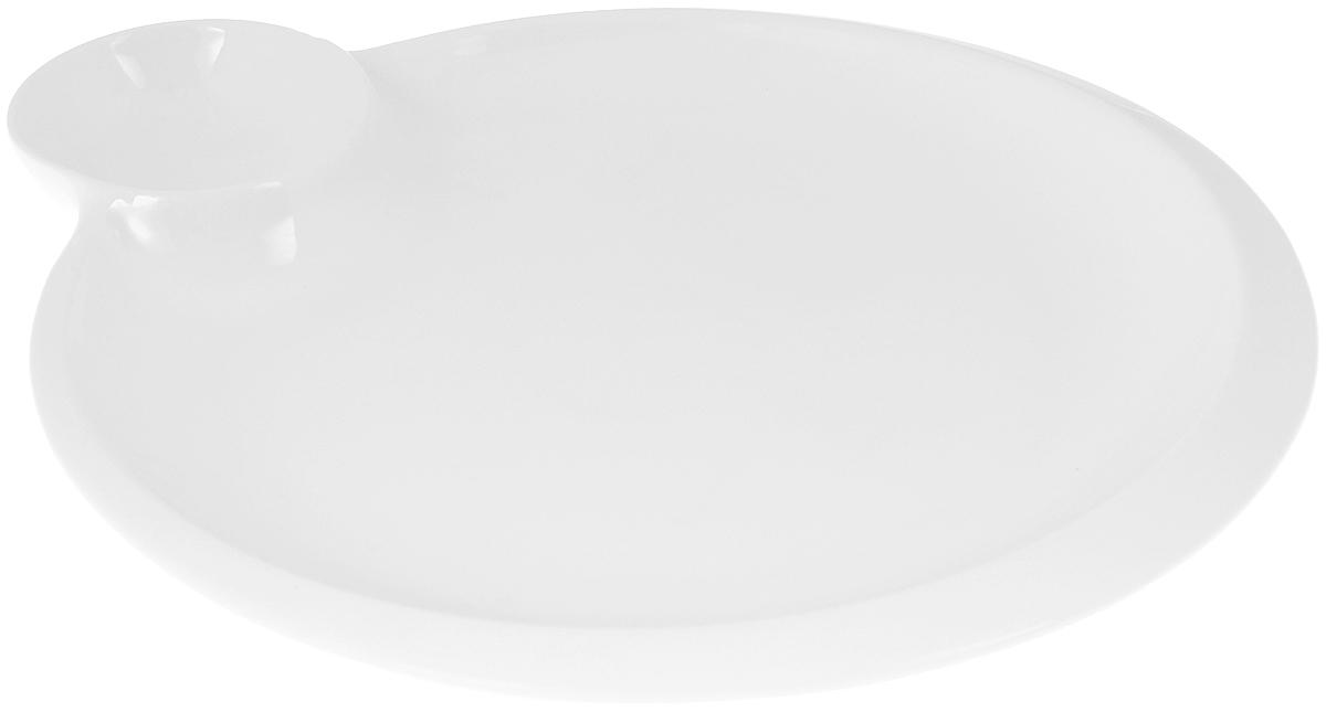 Блюдо Wilmax, 20 х 23 смWL-992579 / AОригинальное блюдо Wilmax, выполненное извысококачественного фарфора, имеет овальную форму иоснащено соусником.Изделие идеально подойдет для сервировки праздничного илиобеденного стола, а также станет отличным подарком к любомупразднику. Можно мыть в посудомоечной машине и использовать в микроволновой печи. Размер блюда (по верхнему краю): 18,5 х 18,5 см. Высота стенки блюда: 1,5 см. Размер соусника (по верхнему краю): 6 х 6 см. Высота стенки соусника: 2,5 см.Ширина блюда (с учетом соусника): 20 х 23 см.