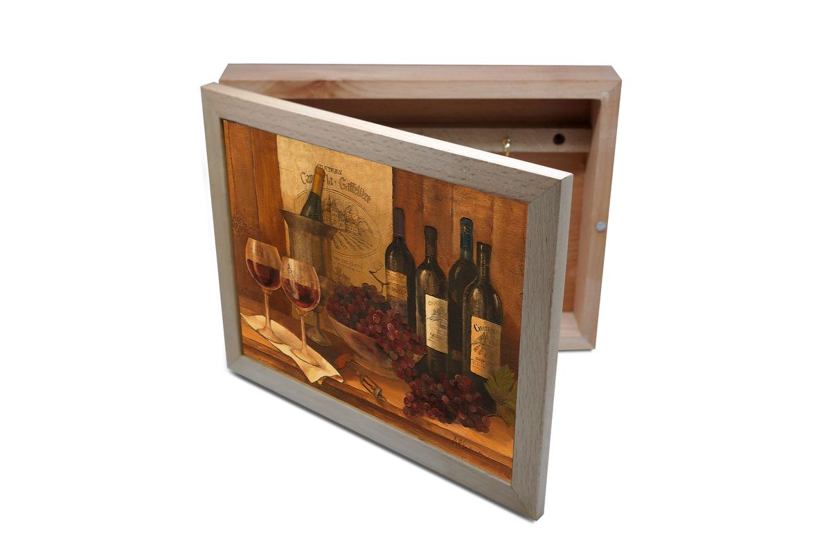 Ключница GiftnHome Винтажные вина, 20 х 25 смKbox-VinWinesВпустив в свой Дом однажды, вы почувствуете, что этот аксессуар навсегда заполнит Ваше сердце благодарностью!Теперь Вы и вся Ваша семья - всегда будете знать, где находится нужный ключ! Вам больше не нужно метаться по квартире в поисках потерянного золотого ключика или целой связки. А когда семья большая - это буквально спасательный волшебный ларец, способный элементарно организовать в одном месте самые важные ключи всех жильцов Вашего семейства. Ключница, оформленная современными модными принтами от Креативной студии АнтониоК - помимо практичности и удобства внесет оригинальный стиль и послужит прекрасным интерьерным решением в прихожей Вашего дома, дачи, офиса или студии.Товары бренда GiftnHome, серии Эко-Лайф выполнены из благородных пород дерева: бука и дуба. Они несут в дом тепло, уют и неповторимый индивидуальный стиль. Эти изделия не боятся повседневной эксплуатации и будут Вам служить долго и преданно.