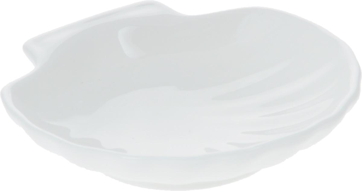 """Оригинальная кокильница """"Wilmax"""", изготовленная из фарфора с глазурованным покрытием, прекрасно подойдет для запекания или подачи блюд из рыбы и морепродуктов.Фарфор от """"Wilmax"""" изготовлен по уникальному рецепту из сплава магния и алюминия, благодаря чему посуда обладает характерной белизной, прочностью и устойчивостью к сколами. Особый состав глазури обеспечивает гладкость и блеск поверхности изделия.Изделие сочетает в себе изысканный дизайн с максимальной функциональностью. Кокильница прекрасно впишется в интерьер вашей кухни и станет достойным дополнением к кухонному инвентарю. Можно мыть в посудомоечной машине и использовать в микроволновой печи. Форма пригодна для использования в духовых печах и выдерживает температуру до 300°С."""