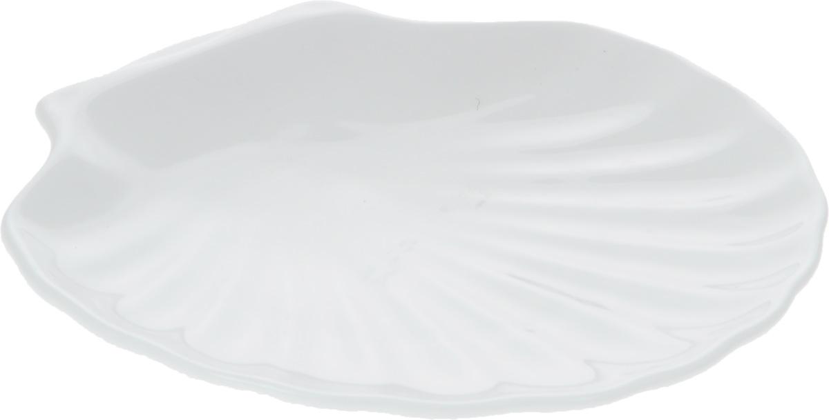 Кокильница Wilmax, 17 х 16 смWL-992012 / AОригинальная кокильница Wilmax, изготовленная из фарфора с глазурованным покрытием, прекрасно подойдет для запекания или подачи блюд из рыбы и морепродуктов.Фарфор от Wilmax изготовлен по уникальному рецепту из сплава магния и алюминия, благодаря чему посуда обладает характерной белизной, прочностью и устойчивостью к сколами. Особый состав глазури обеспечивает гладкость и блеск поверхности изделия.Изделие сочетает в себе изысканный дизайн с максимальной функциональностью. Кокильница прекрасно впишется в интерьер вашей кухни и станет достойным дополнением к кухонному инвентарю. Можно мыть в посудомоечной машине и использовать в микроволновой печи. Форма пригодна для использования в духовых печах и выдерживает температуру до 300°С.