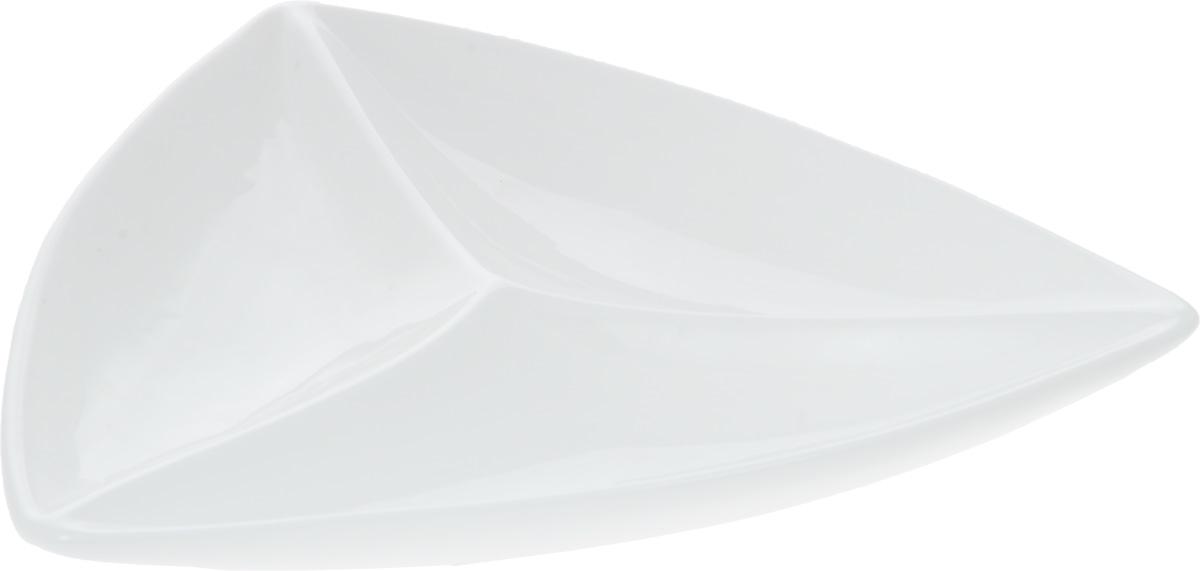 Менажница Wilmax, 3 секции, 29 х 30 смWL-992586 / AМенажница Wilmax изготовлена из фарфора с глазурованным покрытием. Она состоит из 3 секций, предназначенных для подачи сразу нескольких видов закусок, нарезок, соусов и варенья.Фарфор от Wilmax изготовлен по уникальному рецепту из сплава магния и алюминия, благодаря чему посуда обладает характерной белизной, прочностью и устойчивостью к сколами. Особый состав глазури обеспечивает гладкость и блеск поверхности изделия.Оригинальная менажница Wilmax станет украшением как праздничного, так и повседневного обеденного стола и подчеркнет ваш изысканный вкус. Можно мыть в посудомоечной машине и использовать в микроволновой печи. Изделие пригодно для использования в духовых печах и выдерживает температуру до 300°С.Размер изделия по верхнему краю: 29 х 30 см. Высота изделия: 4 см.Размер секций: 28 х 11 см.