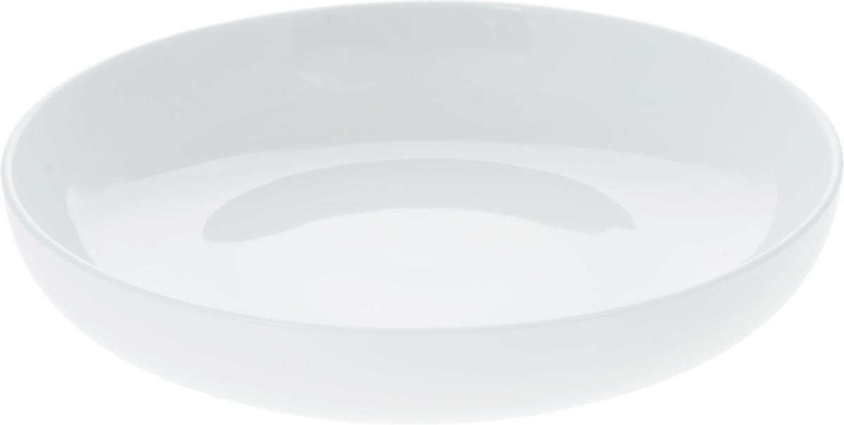 Тарелка глубокая Wilmax, диаметр 23,5 смWL-991215 / AОригинальная глубокая тарелка Wilmax изготовлена из фарфора с глазурованным покрытием. Фарфор от Wilmax изготовлен по уникальному рецепту из сплава магния и алюминия, благодаря чему посуда обладает характерной белизной, прочностью и устойчивостью к сколами. Особый состав глазури обеспечивает гладкость и блеск поверхности изделия.Изделие сочетает в себе изысканный дизайн с максимальной функциональностью. Тарелка прекрасно впишется в интерьер вашей кухни и станет достойным дополнением к кухонному инвентарю. Можно мыть в посудомоечной машине и использовать в микроволновой печи. Изделие пригодно для использования в духовых печах и выдерживает температуру до 300°С.Диаметр: 23,5 см.Высота: 5 см.