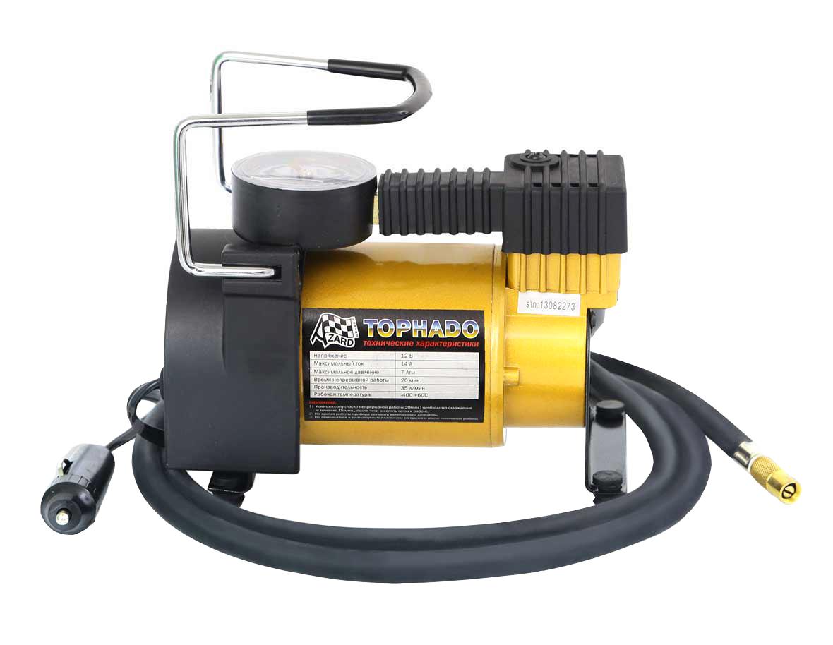 Компрессор Tornado АС 580 R17/35LКОМ00004Автомобильный компрессор Торнадо АС 580 – отличный помощник для любого автомобилиста. Компактное устройство предназначено для быстрой подкачки колес, а также может использоваться для накачивания резиновых лодок, мячей, матрасов. Компрессор отличается простотой и надежностью конструкции. Питание прибора осуществляется через гнездо прикуривателя. Автомобильный плавкий предохранитель в капсуле защищает от скачков тока в сети. Компрессор способен проработать без перерыва до 20 минут.Корпус и поршневая группа Торнадо АС 580 сделаны из металла, что обеспечивает повышенную прочность и увеличенный ресурс компрессора.В комплект входит три насадки-переходника, которые делают компрессор универсальным в использовании.Удобная прочная сумка позволяет компактно хранить компрессор Торнадо АС 580 в багажнике и удобно его переносить.
