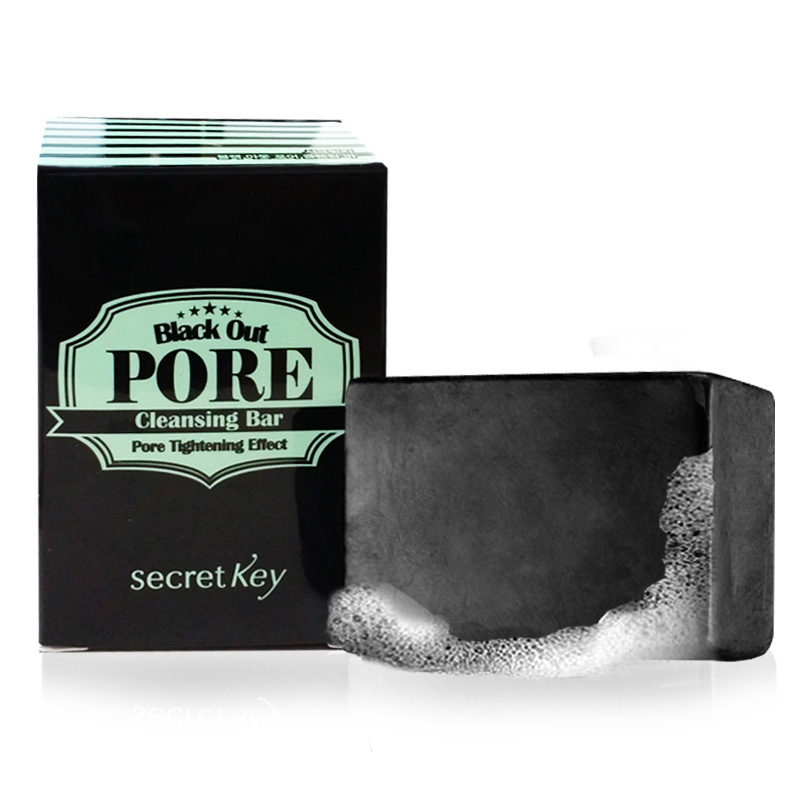Secret Key Мыло с древесным углем для очищения и сужения пор Black out pore cleansing bar, 85 гS9Мыло ручной работы «Black Out Pore Cleansing Bar Pore Tightening Effect» подходит дляежедневного очищения кожи от макияжа, удаляет загрязнения пор и сужает их,отшелушивает мертвые клетки, придает коже гладкость и свежесть, способствует избавлению от угрей и прыщей. Подходит также для чувствительной кожи. Объем: 85гр.