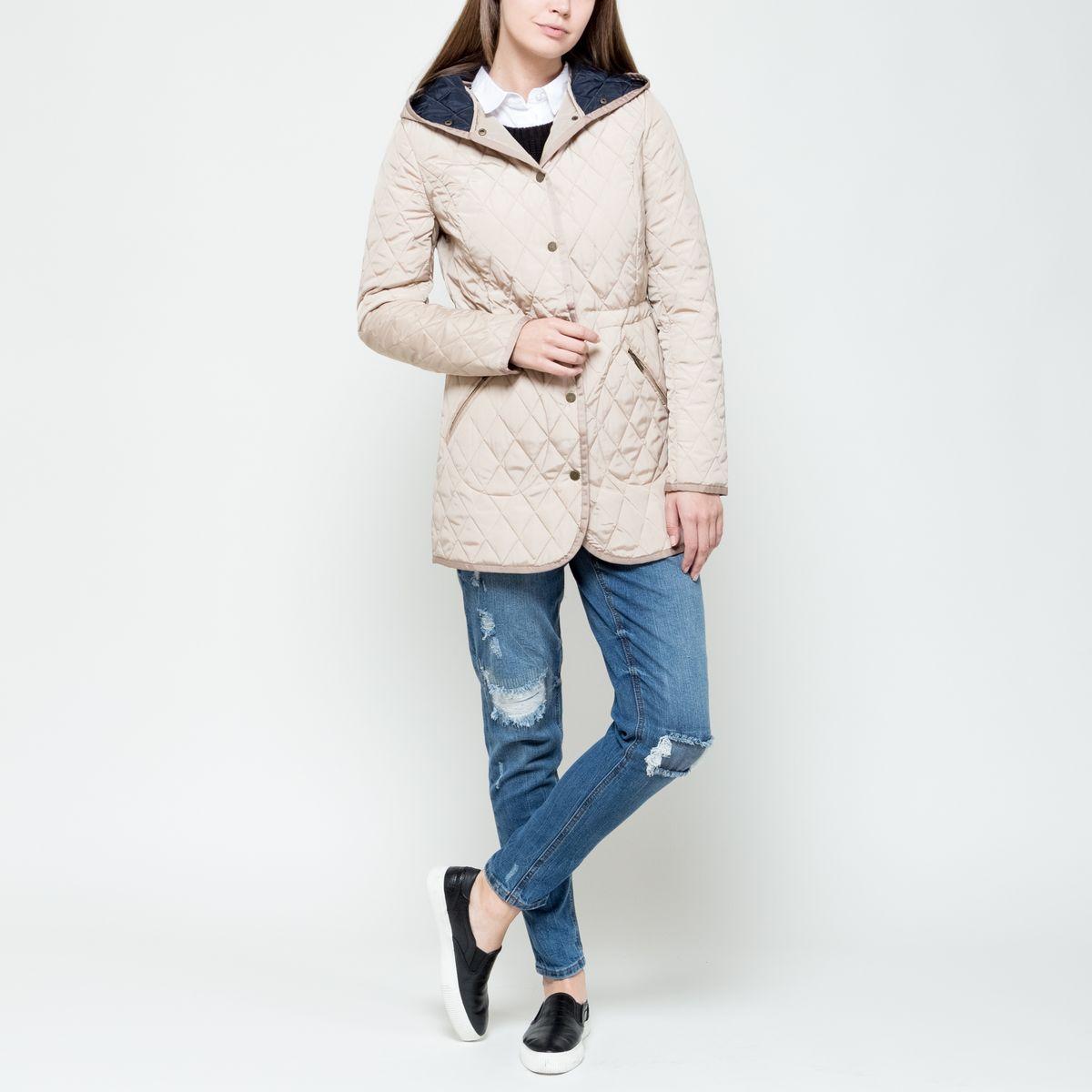 Куртка женская Sela, цвет: светло-бежевый. CpQ-126/693-6331. Размер S (44)CpQ-126/693-6331Женская куртка Sela выполнена из полиэстера и с наполнителемиз высококачественного полиэстера. Удлиненная модель со стандартными длинными рукавами застегивается спереди на кнопки. Куртка оформлена несъемным капюшоном, спереди двумя прорезными карманами на застежках-молниях, а в поясе с внутренней стороны изделие дополнено стопперами, для регулировки объема. Модель оформлена стеганным узором.
