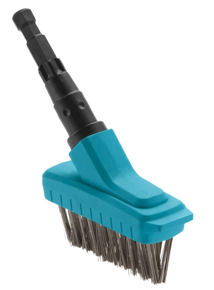 """Щетка щелевая """"Gardena"""" идеально подходит для удаления мха в щелях между плитками и на пристенных участках.  Щетка  выполнена из высококачественного пластика и снабжена прочной щетиной из специально обработанной стали, что обеспечивает высокую прочность и долговечность инструмента. Щетина и наличие кромки, выполняющей функцию скребка, позволяют поддерживать оптимальную чистоту и эффективно справляться даже с трудноудаляемыми загрязнениями.  Щетка щелевая может использоваться с любой ручкой, однако рекомендуется использовать ручку длиной 130 см или 150 см, в зависимости от роста пользователя."""