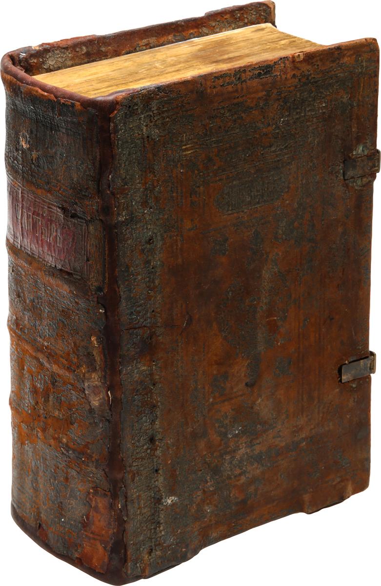 Редкость! Псалтырь с восследованием5626038Редкость!Москва, 1640 год. Издатель не указан.Старинный кожаный переплет с двумя застежками. Бинтовой корешок.Сохранность хорошая. Застежки и корешок книги восстановлены.Очень редкое старопечатное издание первой половины XVII века.Псалтирь с восследованием (или последованием), кроме собственно Псалтири, содержит три приложения. Это, прежде всего, Часослов, в котором заключаются полунощницы вседневная, субботняя, недельная, утреня, часы с междочасиями, с чином изобразительных и чином возвышения панагии, вечерня с чином благословения трапезы, повечерия великое и малое. Здесь нет, как в Часослове великом, последований часов в навечерие Рождества Христова, Богоявления и часов Великого пятка.Псалтирь с восследованием содержит также избранные из всех богослужебных книг тропари и кондаки: тропари и кондаки Миней месячных, которые печатаются в Псалтири в Месяцеслове; тропари Триодей постной и цветной, начиная с Недели о мытаре и фарисее до Недели Всех святых. Для первого дня Пасхи здесь содержится и все последование. Тропари и кондаки Октоиха: 1) воскресные: а) отпустительны с Богородичнами, ипакои с кондаками, восьми гласов; б) воскресные, поемые по непорочнах во все лето, и в) иные тропари, поемые по непорочнах в субботу, для всех гласов одни и те же. 2) Седмичные: а) Богородичны отпустительные, которые называются Богородичнами от менших (Типикон, гл. 52), всех восьми гласов, которые поются во весь год на вечерне после тропарей и на утрене; б) отпустительные тропари всей седмицы на повечерии, для всех гласов одни и те же; из Минеи общей - тропари и кондаки святым всех ликов. В Псалтири с последованием в связи с этим находится Указ об отпустительных тропарях и кондаках, то есть указания на то, какие и когда поются тропари и кондаки на службах.Псалтирь с последованием содержит, кроме того, все те молитвословия, которые должны быть читаемы пред Святым Причащением: Право готовящимся служити и хотящим причаститися Святых Божественных Т