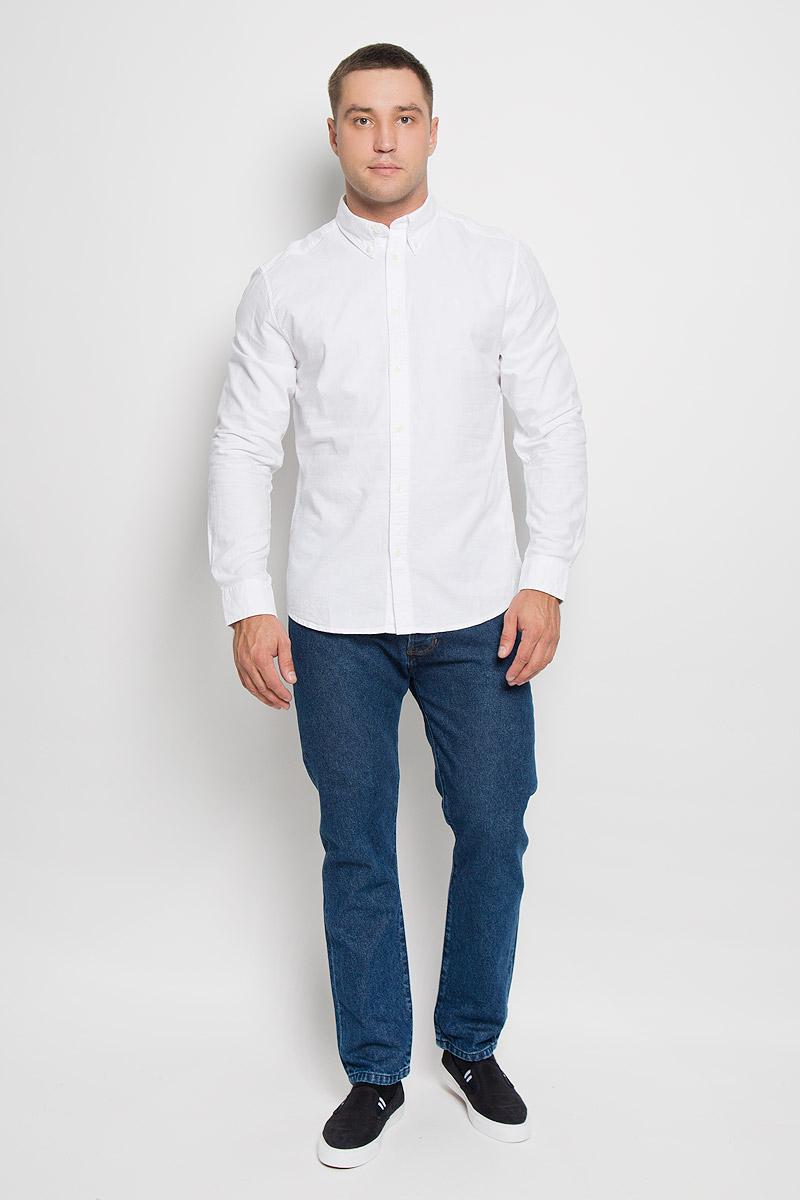 Рубашка мужская Wrangler, цвет: белый. W5937BM12. Размер S (46)W5937BM12Мужская рубашка Wrangler, выполненная из натурального хлопка, прекрасно дополнит ваш образ. Материал очень мягкий и приятный на ощупь, не сковывает движения и позволяет коже дышать.Рубашка прямого кроя с длинными рукавами и отложным воротником застегивается спереди на пуговицы. Низ рукавов дополнен манжетами на пуговицах. Изделие оформлено вышитым фирменным логотипом.Такая модель будет дарить вам комфорт в течение всего дня и станет стильным дополнением к вашему гардеробу!