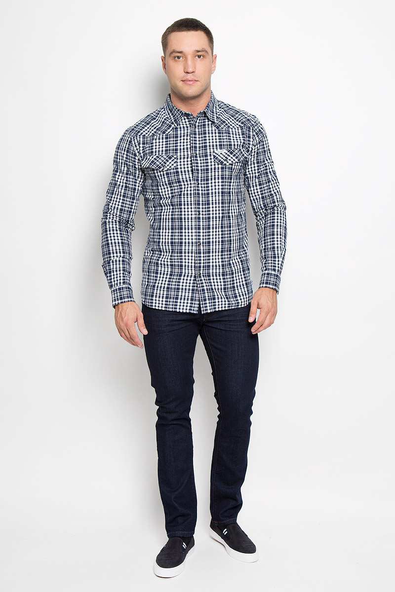 Рубашка мужская Wrangler, цвет: темно-синий, белый. W57168RRQ. Размер L (50)W57168RRQМужская рубашка Wrangler, выполненная из натурального хлопка, прекрасно дополнит ваш образ. Материал очень мягкий и приятный на ощупь, не сковывает движения и позволяет коже дышать.Рубашка приталенного кроя с длинными рукавами и отложным воротником застегивается спереди на кнопки по всей длине и на пуговицу сверху. Манжеты имеют застежки-кнопки. Изделие оформлено принтом в клетку, украшено фирменной нашивкой. Такая модель будет дарить вам комфорт в течение всего дня и станет стильным дополнением к вашему гардеробу!