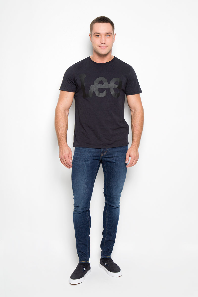 Джинсы мужские Lee Malone, цвет: синий. L736WPSN. Размер 30-32 (46-32)L736WPSNМодные мужские джинсы Lee Malone - джинсы высочайшего качества на каждый день, которые прекрасно сидят.Модель зауженного к низу кроя и средней посадки изготовлена из эластичного хлопка. Застегиваются джинсы на пуговицу на поясе и ширинку на молнии, также имеются шлевки для ремня.Спереди модель дополнена двумя втачными карманами и одним небольшим накладным кармашком, а сзади - двумя накладными карманами. Оформлено изделие эффектом потертости, перманентными складками, металлическими клепками с логотипом бренда, контрастной прострочкой и фирменной нашивкой на поясе.Современный дизайн, отличное качество и расцветка делают эти джинсы модной и удобной моделью, которая подарит вам комфорт в течение всего дня.