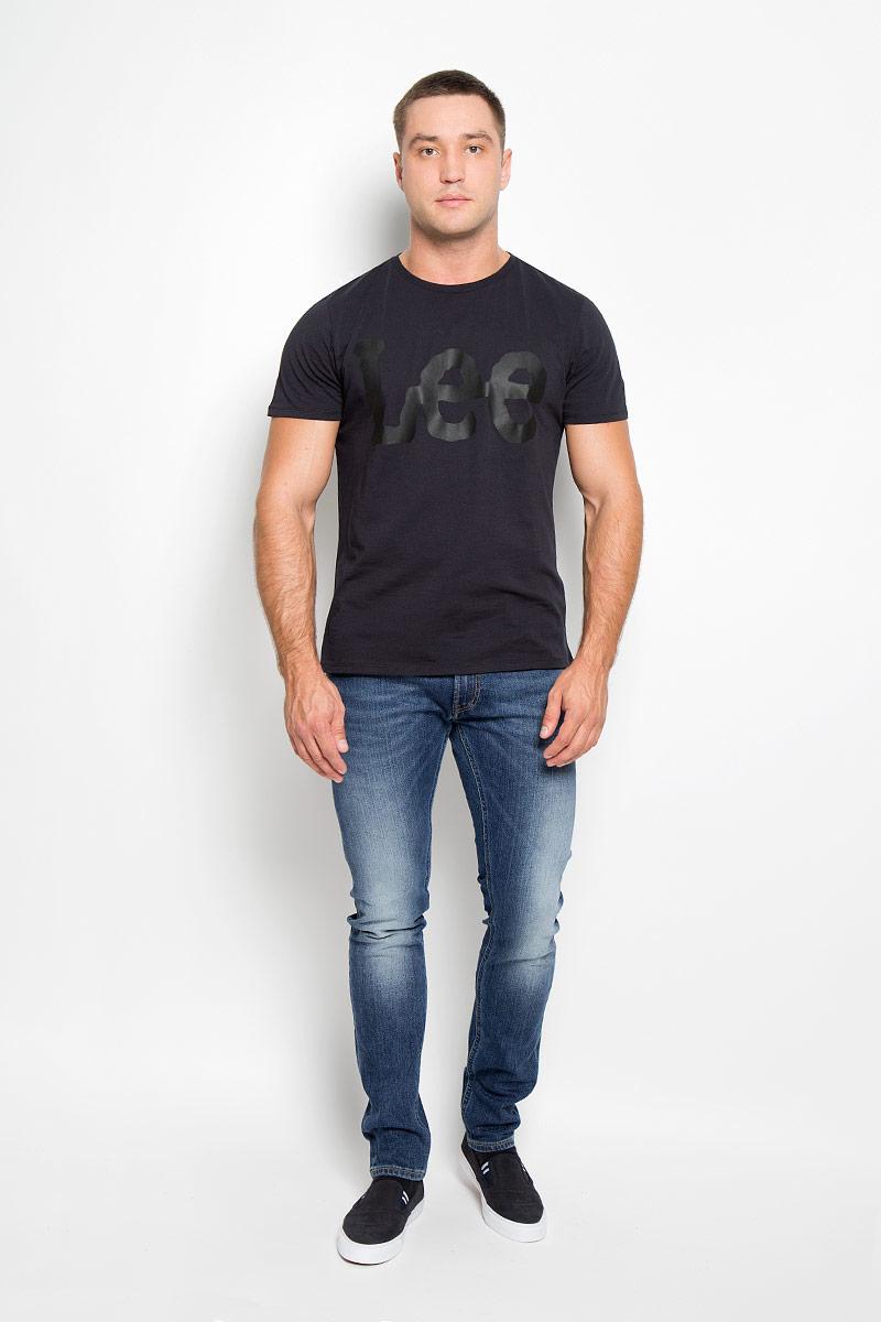 Джинсы мужские Lee Luke, цвет: синий. L719DXEN. Размер 28-32 (44-32)L719DXENМужские джинсы Lee Luke станут стильным дополнением к вашему гардеробу. Изготовленные из эластичного хлопка, они тактильно приятные, не сковывают движения и хорошо пропускают воздух.Модель-слим застегивается на металлическую пуговицу и имеет ширинку на застежке-молнии. На поясе предусмотрены шлевки для ремня. Спереди расположены два втачных кармана и один маленький накладной, а сзади - два накладных кармана. Изделие с эффектом потертости оформлено прострочкой и перманентными складками.Современный дизайн и расцветка делают эти джинсы модным и стильным предметом мужской одежды. Такая модель подарит вам комфорт в течение всего дня!