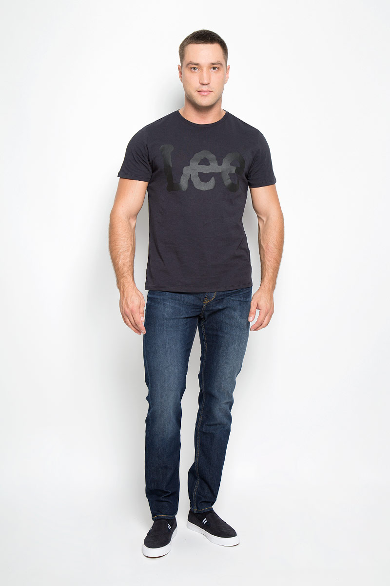 Джинсы мужские Lee Arvin, цвет: темно-синий. L732AADY. Размер 31-32 (46/48-32)L732AADYМодные мужские джинсы Lee Arvin - джинсы высочайшего качества на каждый день, которые прекрасно сидят.Модель зауженного к низу кроя и стандартной посадки изготовлена из эластичного хлопка. Застегиваются джинсы на пуговицу в поясе и ширинку на молнии, также имеются шлевки для ремня.Джинсы имеют классический пятикарманный крой: спереди модель дополнена двумя втачными карманами и одним маленьким накладным кармашком, а сзади - двумя накладными карманами. Оформлено изделие эффектом потертости, контрастной прострочкой, металлическими клепками с логотипом бренда и фирменной нашивкой на поясе.Современный дизайн, отличное качество и расцветка делают эти джинсы модной и удобной моделью, которая подарит вам комфорт в течение всего дня.