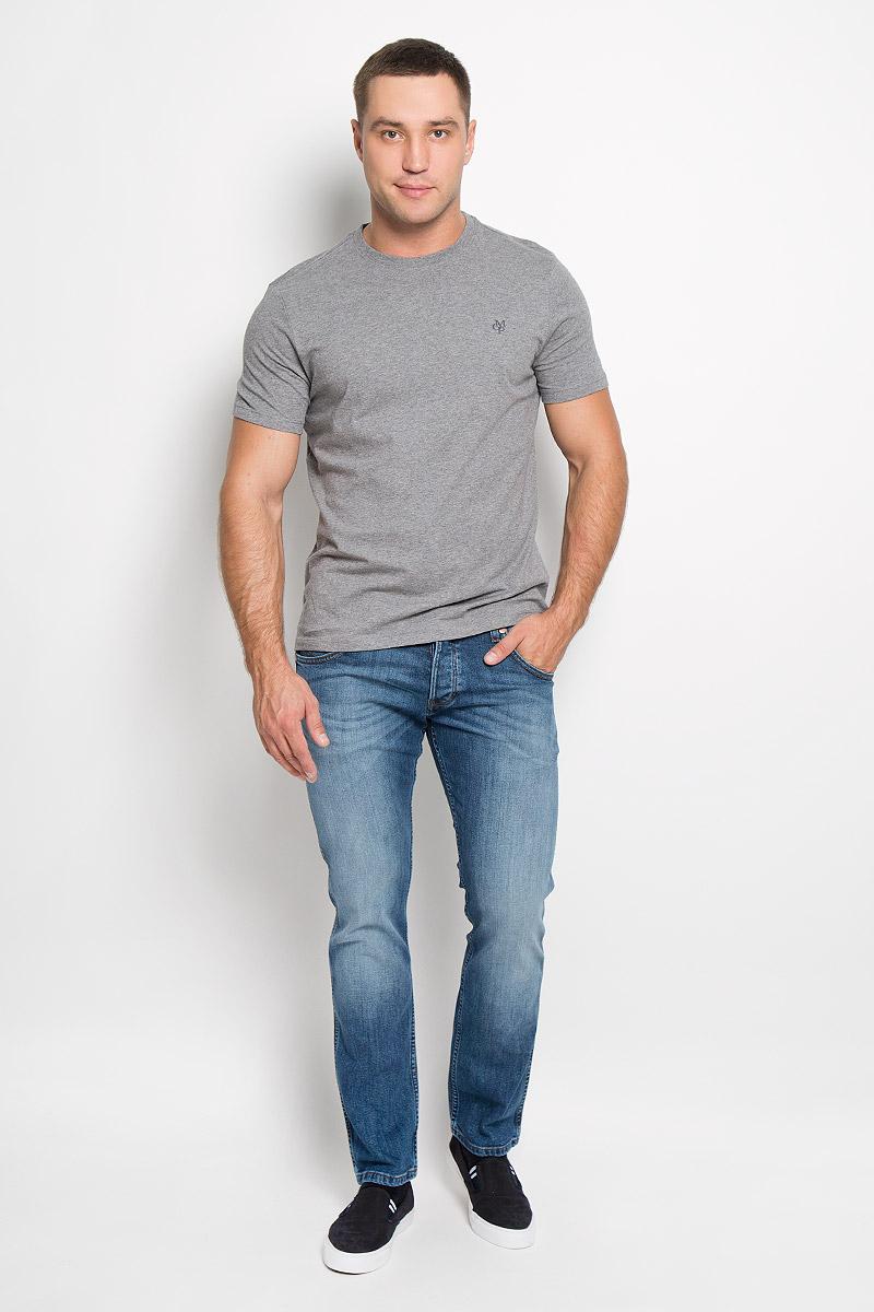 Джинсы мужские Wrangler Spencer, цвет: синий. W184XG62U. Размер 34-32 (50-32)W184XG62UСтильные мужские джинсы Wrangler Spencer- джинсы высочайшего качества, которые прекрасно сидят. Модель слегка зауженного к низу кроя и средней посадки изготовлена из хлопка с добавлением эластана, не сковывает движения и дарит комфорт.Джинсы на талии застегиваются на металлическую пуговицу, а также имеют ширинку пуговицах и шлевки для ремня. Спереди модель дополнена двумя втачными карманами и одним небольшим накладным кармашком, а сзади - двумя большими накладными карманами. Джинсы оформлены потертостями и контрастной отстрочкой. Эти модные и в тоже время удобные джинсы помогут вам создать оригинальный современный образ. В них вы всегда будете чувствовать себя уверенно и комфортно.