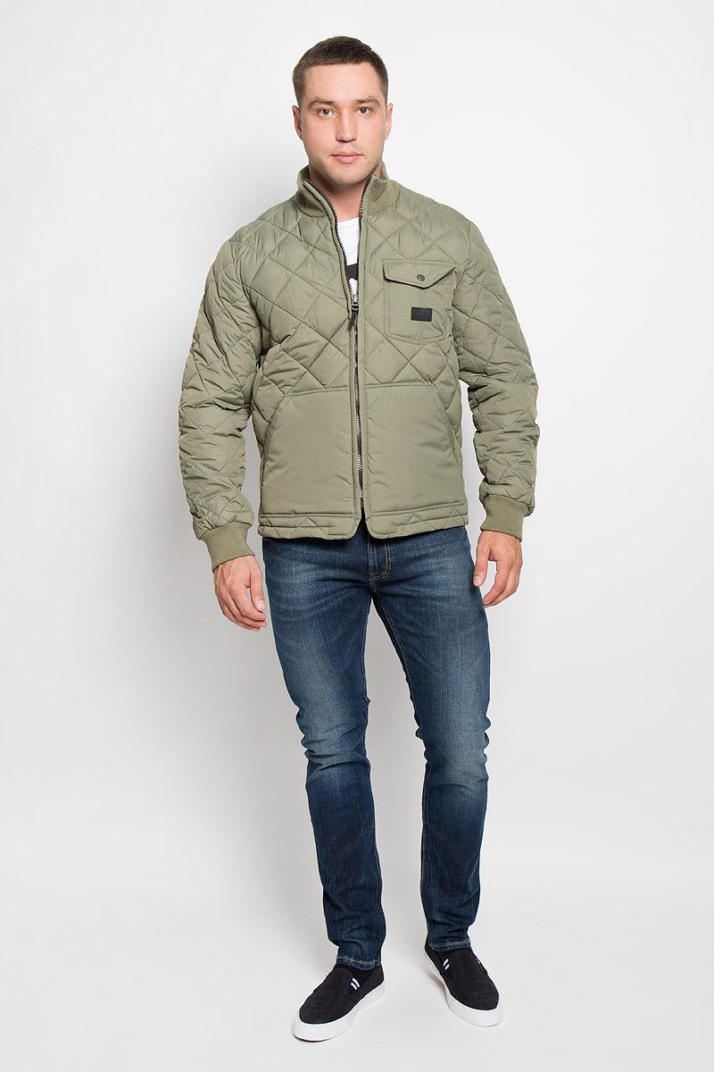 Куртка мужская Lee, цвет: фисташковый. L88HWMPA. Размер XL (52)L88HWMPAСтеганая мужская куртка Lee станет стильным дополнением к вашему гардеробу. Модель выполнена из полиамида. В качестве утеплителя используется полиэстер.Куртка с воротником-стойкой застегивается на пластиковую молнию. Воротник изготовлен из трикотажной резинки. На рукавах предусмотрены широкие эластичные манжеты. Спереди расположены два больших накладных кармана. На груди имеется накладной карман с клапаном на застежке-кнопке. Спинка изделия снизу оснащена двумя хлястиками с застежками-пуговицами для регулировки объема куртки. Модель украшена небольшой фирменной нашивкой. Эта стильная и модная куртка подарит вам тепло и комфорт!