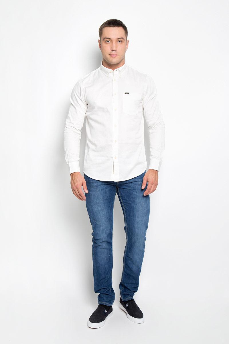 Рубашка мужская Lee, цвет: белый. L880TPHA. Размер M (48)L880TPHAМужская рубашка Lee, выполненная из натурального хлопка, идеально дополнит ваш образ. Материал мягкий и приятный на ощупь, не сковывает движения и позволяет коже дышать.Рубашка классического кроя с длинными рукавами и отложным воротником застегивается на пуговицы по всей длине. Края воротника фиксируются на пуговицы. Манжеты на рукавах застегиваются на пуговицы, а объем регулируется за счет дополнительной пуговицы. На груди модель дополнена накладным открытым карманом.Такая модель будет дарить вам комфорт в течение всего дня и станет стильным дополнением к вашему гардеробу.