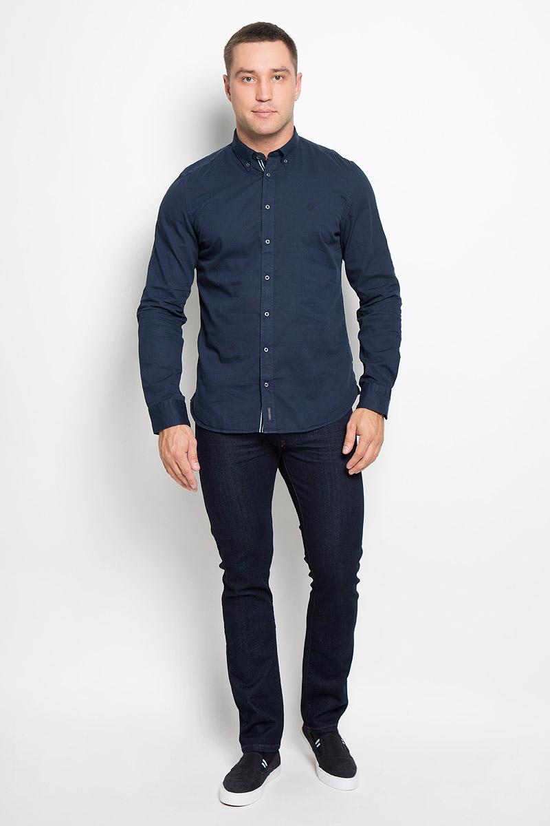 Рубашка мужская Marc OPolo, цвет: темно-синий. 166842076-873. Размер M (46)166842076-873Мужская рубашка Marc OPolo изготовлена из натурального хлопка. Изделие очень мягкое и приятное на ощупь, не сковывает движения и хорошо пропускает воздух. Рубашка с отложным воротником и длинными рукавами имеет слегка приталенный силуэт. Она застегивается на пуговицы по всей длине. Манжеты на рукавах также имеют застежки-пуговицы. Изделие украшено вышитым фирменным логотипом.Такая модель будет дарить вам комфорт в течение всего дня и станет стильным дополнением к вашему гардеробу!