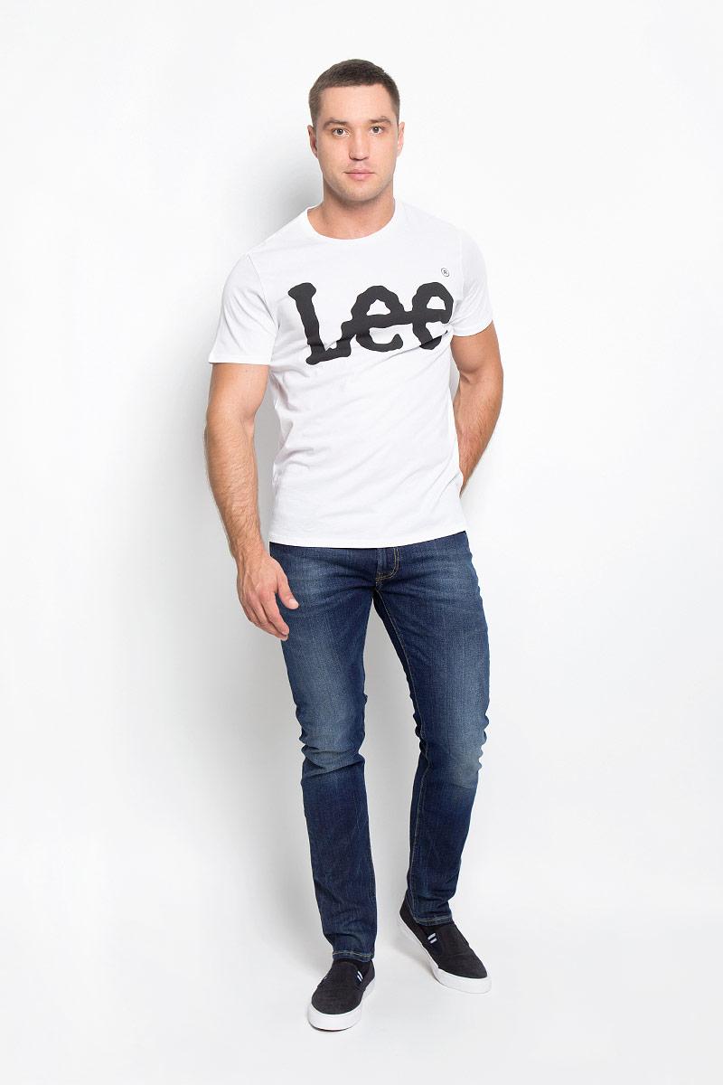 Джинсы мужские Lee Luke, цвет: синий. L719DXYX. Размер 32-34 (48-34)L719DXYXМодные мужские джинсы Lee Luke - джинсы высочайшего качества на каждый день, которые прекрасно сидят.Модель зауженного к низу кроя и средней посадки изготовлена из эластичного хлопка. Застегиваются джинсы на пуговицу в поясе и ширинку на молнии, также имеются шлевки для ремня.Спереди модель дополнена двумя втачными карманами и одним небольшим накладным кармашком, а сзади - двумя накладными карманами. Оформлено изделие эффектом потертости, перманентными складками, металлическими клепками с логотипом бренда, контрастной прострочкой и фирменной нашивкой на поясе.Современный дизайн, отличное качество и расцветка делают эти джинсы модной и удобной моделью, которая подарит вам комфорт в течение всего дня.