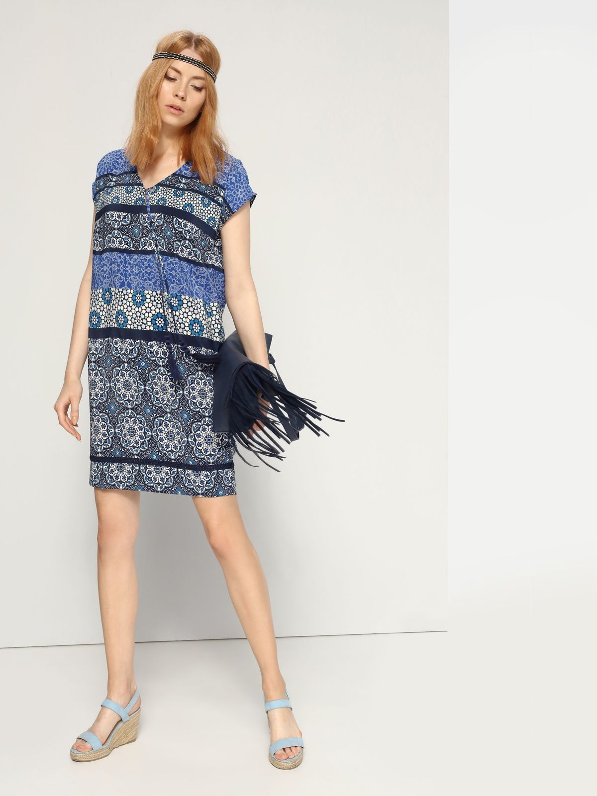 Платье Top Secret, цвет: темно-синий, мультиколор. SSU1573GR. Размер 38 (44)SSU1573GRПлатье Top Secret выполнено из 100% полиэстера. Платье-мини с V-образным вырезом горловины и короткими рукавами-кимоно. Модель оформлена оригинальным принтом и дополнено кружевной вставкой по низку и оригинальным бантом с кисточками на груди.