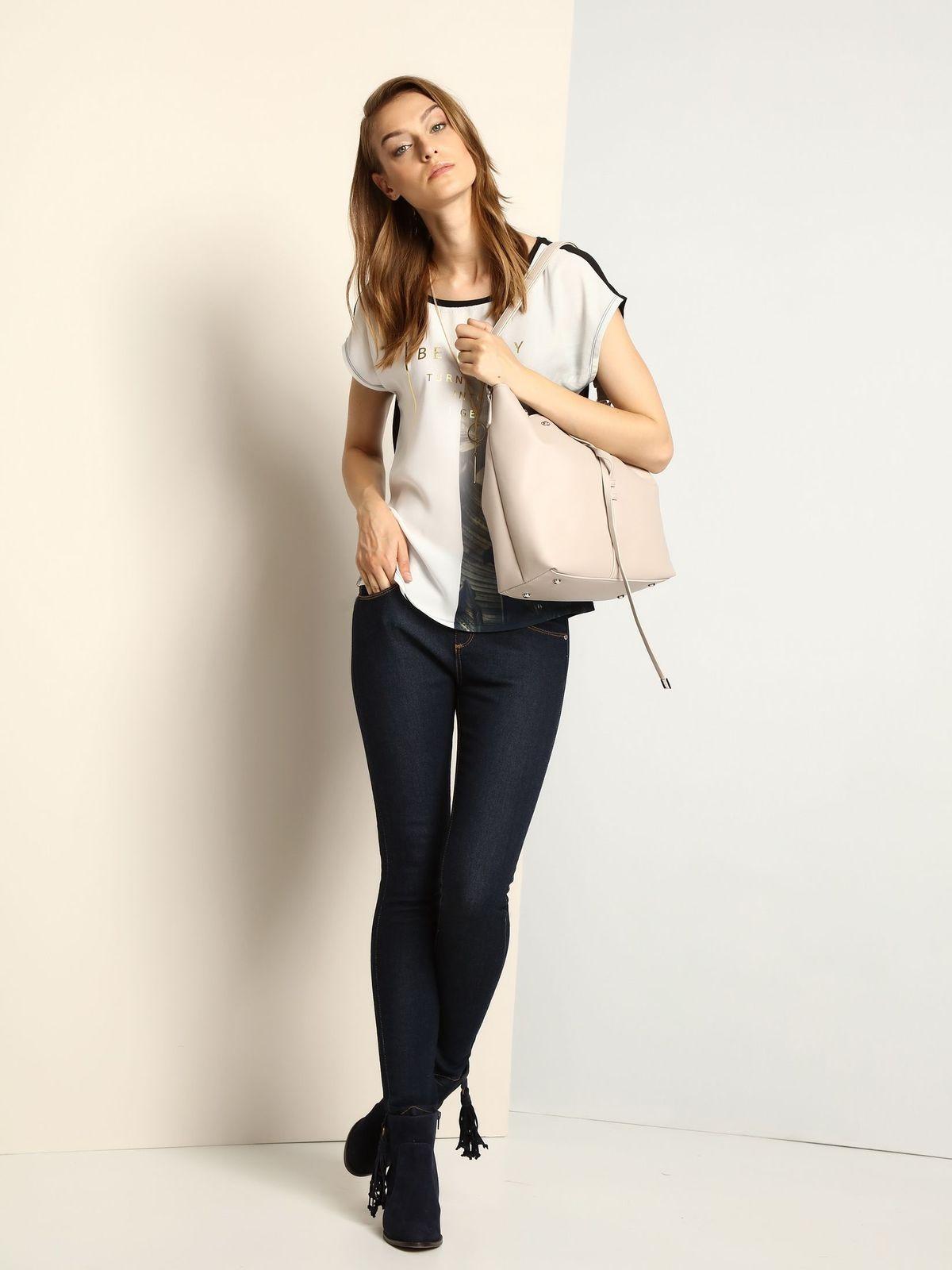 Блузка женская Troll, цвет: светло-серый, черный. TBK0291CA. Размер XS (42)TBK0291CAСтильная женская блузка Troll, выполненная из вискозы и полиэстера, подчеркнет ваш изысканный вкус.Модель свободного кроя c короткими цельнокроеными рукавами и круглым вырезом горловины не имеет застежек. Блузка оформлена оригинальным принтом с надписями.