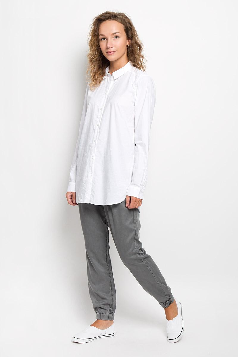 Рубашка женская Marc OPolo, цвет: белый. 133942629/100. Размер 36 (40)133942629/100Рубашка Marc OPolo, изготовленная из натурального хлопка, подчеркнет ваш уникальный стиль. Материал изделия легкий, тактильно приятный, не сковывает движения и позволяет коже дышать, обеспечивая комфорт при носке. Удлиненная рубашка с отложным воротником и длинными рукавами застегивается спереди на пуговицы по всей длине. На манжетах предусмотрены застежки-пуговицы. По бокам модель дополнена двумя небольшими разрезами. Изделие украшено вышитым фирменным логотипом. Такая рубашка станет модным и стильным дополнением к вашему гардеробу!