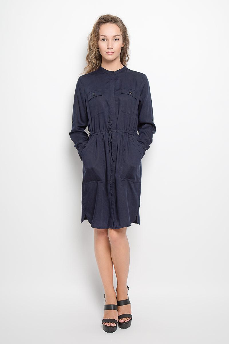 Платье Marc OPolo, цвет: темно-синий. 086321113/876. Размер 36 (40)086321113/876Платье Marc OPolo поможет создать стильный образ. Платье изготовлено из лиоцелла, тактильно приятное, хорошо пропускает воздух. Платье-рубашка с круглым вырезом горловины и длинными рукавами застегивается спереди по всей длине на пуговицы, скрытые за планкой. На рукавах предусмотрены манжеты с застежками-пуговицами. Длину рукавов можно регулировать с помощью хлястиков и пуговиц. Линию талии подчеркивает затягивающийся шнурок. Спереди расположены два прорезных кармана с клапанами и два втачных кармана. Карманы застегивается на пуговицы. По бокам имеются небольшие разрезы. Стильный дизайн и высокое качество исполнения принесут удовольствие от покупки. Модель подарит вам комфорт в течение всего дня!