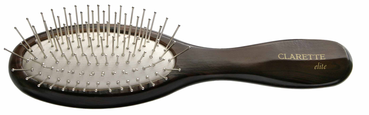 Clarette Щетка для волос на подушке с металлическими зубцами компакт, цвет: коричневыйCEB 333Clarette Elite представляет серию Шоколад. Это интересная коллекция инструментов по уходу за волосами. Она несомненно понравится покупателям, которые ценят стиль и качество. Инструменты Коллекции изготовлены из натурального дерева, имеющего оригинальный окрас. Благодаря мягкости подушки, идеально подходит для расчесывания тонких, ослабленных волос. Металлические зубья с массажными шариками на концах обеспечивают деликатный массаж кожи головы, стимулируя рост волос. Уникальная форма мет. зубьев защищает их от продавливания, тем самым увеличивая срок службы щетки. Компактный размер щетки делает ее удобной в дороге. Легко помещается в дамской сумочке. Инструменты предназначены как для домашнего, так и для профессионального использования.