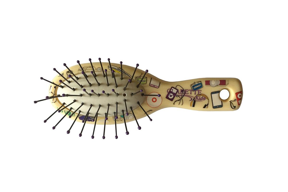 Clarette Щетка для волос мини с ультратонкой пластиковой щетиной,желтая с принтомCLK 550Clarette представляет специально разработанную для детей коллекцию Clarette Kids . Щетка для волос мини с ультра тонкой пластиковой щетиной . Эта щетка обладает специально разработанной, ультратонкой, крепкой и очень гибкой щетиной . Щетка быстро и бережно расчесывает любые волосы, даже самые жесткие и непослушные, не травмирует кожу головы . Щетка идеальна для расчесывания нежных, детских волос . Расчесывать волосы рекомендуеться плавными, многократными движениями по всей длине волос.