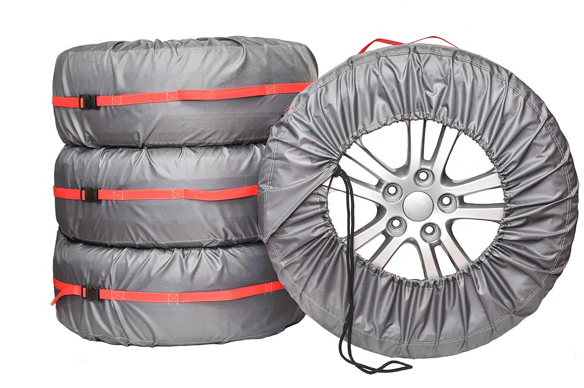 Чехлы для хранения автомобильных колес AvtoTink Комфорт+, от 14 до 18, 4 шт84002Чехлы для хранения колес AvtoTink Комфорт + имеют усилитель Стропа по всей длине. Размер чехла регулируются при помощи фиксаторов шнуров и липучке застежки. Чехол усилен стропой, что позволяет равномерно распределить нагрузку. Ручка выполнена из стропы переходящая в усилитель по всей длине чехла.Чехлы для хранения и транспортировки Комфорт + отлично подойдут для тех, кто ценит надежность в каждой детали.