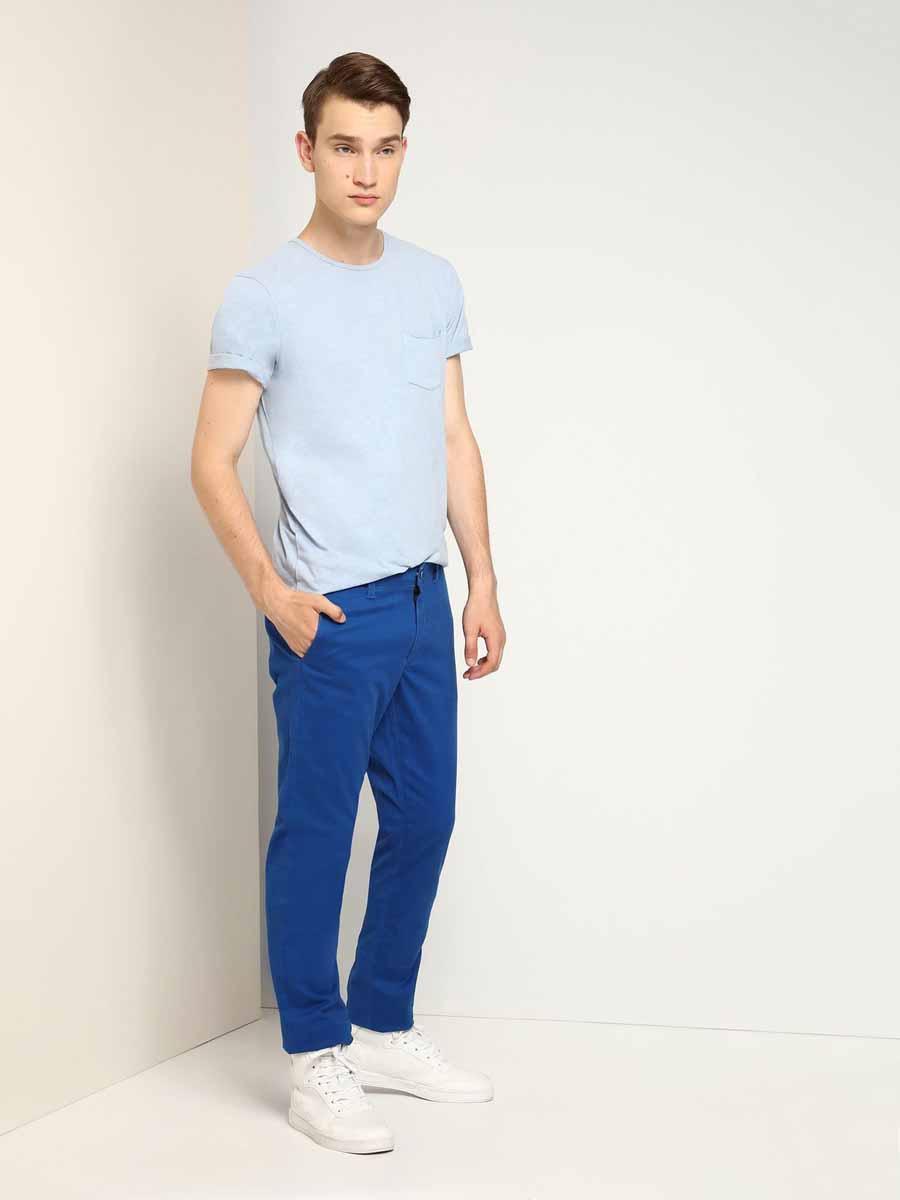 Брюки мужские Top Secret, цвет: синий. SSP2281NI. Размер 36-34 (52-34)SSP2281NIСтильные мужские брюки Top Secret выполнены из натурального хлопка с добавлением эластана. Брюки на талии застегиваются на пуговицу, также имеются ширинка на застежке-молнии и шлевки для ремня. Спереди модель оснащена двумя втачными карманами со скошенными краями, а сзади двумя прорезными карманами на пуговицах.