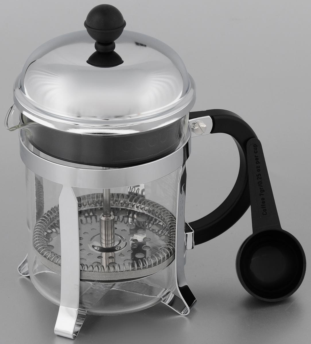 Френч-пресс Bodum Chambord, с мерной ложкой, 500 мл. 1924-161924-16Френч-пресс Bodum Chambord позволит быстро и просто приготовить свежий и ароматный чай или кофе. Корпус изготовлен из высококачественного жаропрочного стекла, устойчивого к окрашиванию, царапинам и термошоку. Фильтр-поршень из нержавеющей стали выполнен по технологии press-up для обеспечения равномерной циркуляции воды. Готовить напитки с помощью френч-пресса очень просто. С помощью мерной ложечки насыпьте внутрь заварку и залейте кипятком. Остановить процесс заваривания легко. Для этого нужно просто опустить поршень, и заварка уйдет вниз, оставляя вверху напиток, готовый к употреблению. Заварочный чайник с прессом - это совершенный чайник для ежедневного использования. Практичный и стильный дизайн полностью соответствует последним модным тенденциям в создании предметов кухонной утвари.Можно мыть в посудомоечной машине.Диаметр френч-пресса (по верхнему краю): 10 см. Высота френч-пресса (с учетом крышки): 19,5 см. Длина ложки: 10 см.