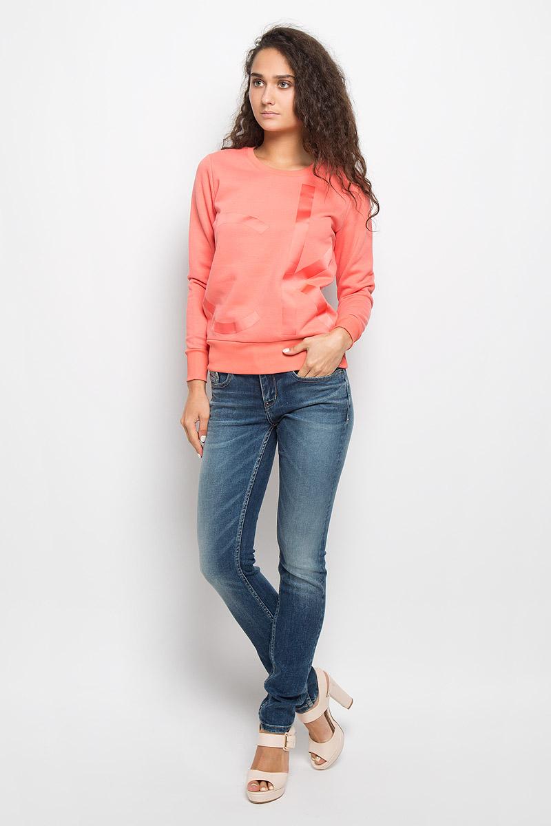 Свитшот женский Calvin Klein Jeans, цвет: коралловый. J20J201008. Размер S (42/44)AI2963Женский свитшот Calvin Klein Jeans, выполненный из хлопка с добавлением полиэстера, станет идеальным вариантом для создания образа в стиле Casual. Материал необычайно мягкий и тактильно приятный, не сковывает движения и хорошо вентилируется. Лицевая сторона изделия гладкая, изнаночная с теплым начесом. Модель с круглым вырезом горловины и длинными рукавами оформлена спереди крупной термоаппликацией в виде логотипа бренда. Вырез горловины и низ свитшота дополнены трикотажными резинками. На рукавах предусмотрены широкие манжеты. Изделие украшено небольшой фирменной металлической пластиной. Высокое качество, актуальный дизайн и расцветка придают изделию неповторимый стиль и индивидуальность. Свитшот займет достойное место в вашем гардеробе!