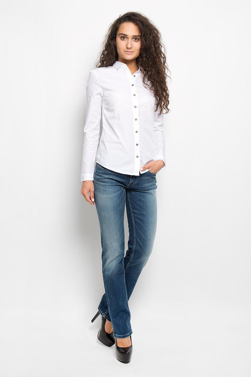 Рубашка женская Calvin Klein Jeans, цвет: белый. J2EJ204176. Размер M (44/46)AJ6249Стильная женская рубашка Calvin Klein Jeans, изготовленная из натурального хлопка, подчеркнет ваш уникальный стиль. Материал изделия тактильно приятный, не сковывает движения и хорошо пропускает воздух, обеспечивая комфорт при носке.Рубашка с отложным воротником и длинными рукавами застегивается спереди на пуговицы и имеет декоративную планку. На манжетах предусмотрены застежки-пуговицы. Модель украшена небольшой металлической пластиной с названием бренда.Рубашка будет дарить вам комфорт в течение всего дня и послужит замечательным дополнением к вашему гардеробу.