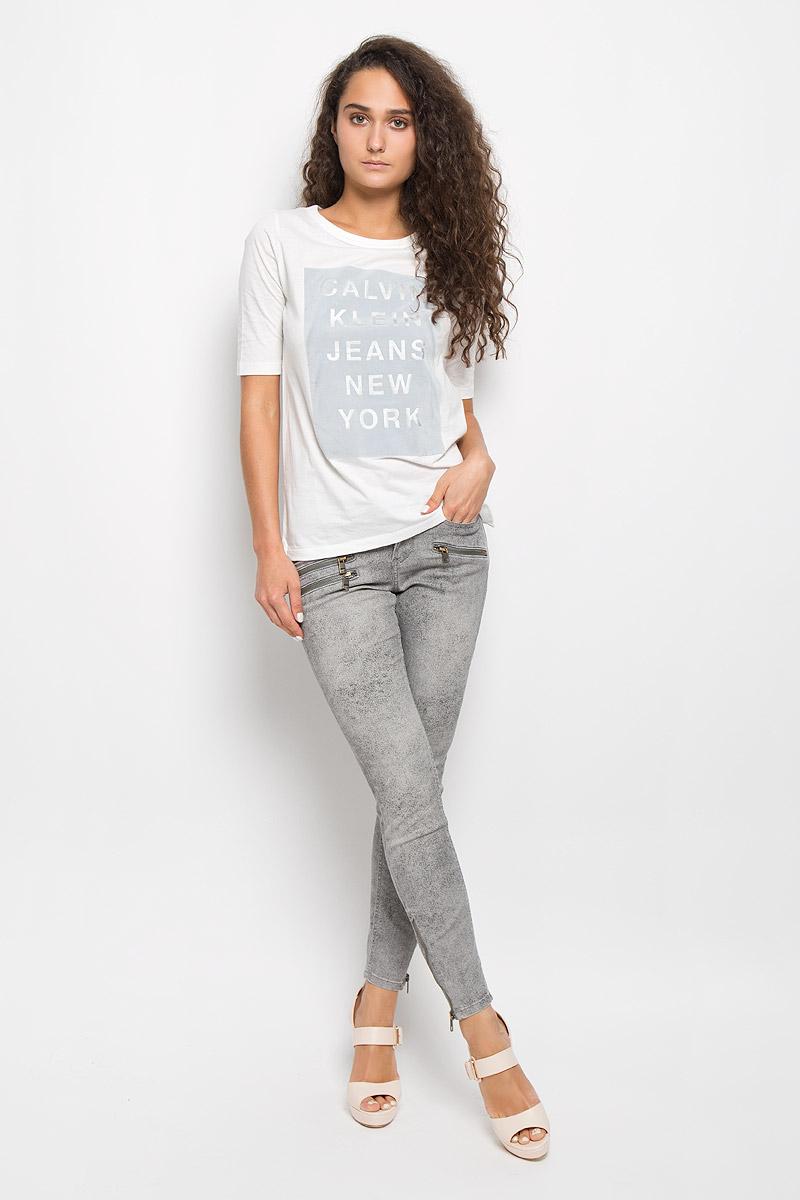 Футболка женская Calvin Klein Jeans, цвет: молочный. J20J200353. Размер L (46/48)AJ3316Модная женская футболка Calvin Klein Jeans изготовлена из натурального хлопка. Материал изделия очень мягкий, тактильно приятный, не сковывает движения и хорошо пропускает воздух, обеспечивая комфорт при носке.Футболка с круглым вырезом горловины и короткими рукавами имеет прямой силуэт. Вырез горловины оформлен двойной окантовкой. По бокам имеются маленькие разрезы. Изделие украшено вставкой с бархатистой поверхностью, дополненной надписью. Высокое качество, актуальный дизайн и расцветка придают изделию неповторимый стиль и индивидуальность. Футболка займет достойное место в вашем гардеробе!