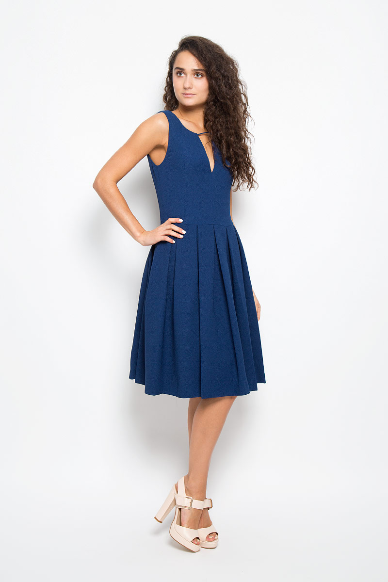 Платье Mexx, цвет: темно-синий. MX3002259. Размер S (42/44)MX3002259Элегантное платье Mexx выполнено из высококачественного эластичного полиэстера. Такое платье обеспечит вам комфорт и удобство при носке и непременно вызовет восхищение у окружающих.Модель средней длины на широких бретельках с V-образным вырезом горловины выгодно подчеркнет все достоинства вашей фигуры. Изделие имеет подкладку из полиэстера, застегивается на застежку-молнию на спинке. Платье имеет оригинальную рельефную фактуру. Изысканное платье-миди создаст обворожительный и неповторимый образ.Это модное и комфортное платье станет превосходным дополнением к вашему гардеробу, оно подарит вам удобство и поможет подчеркнуть ваш вкус и неповторимый стиль.