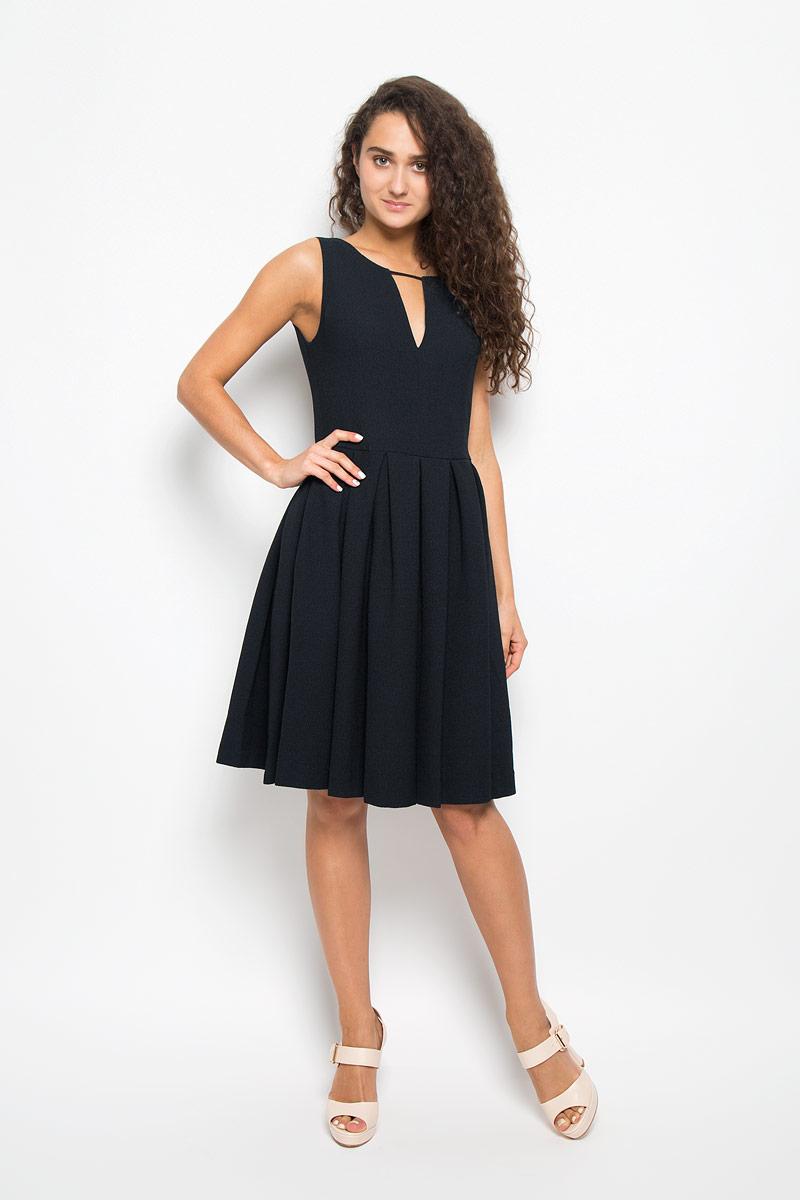 Платье Mexx, цвет: черный. MX3002259. Размер L (48/50)MX3002259Элегантное платье Mexx выполнено из высококачественного эластичного полиэстера. Такое платье обеспечит вам комфорт и удобство при носке и непременно вызовет восхищение у окружающих.Модель средней длины на широких бретельках с V-образным вырезом горловины выгодно подчеркнет все достоинства вашей фигуры. Изделие имеет подкладку из полиэстера, застегивается на застежку-молнию на спинке. Платье имеет оригинальную рельефную фактуру. Изысканное платье-миди создаст обворожительный и неповторимый образ.Это модное и комфортное платье станет превосходным дополнением к вашему гардеробу, оно подарит вам удобство и поможет подчеркнуть ваш вкус и неповторимый стиль.