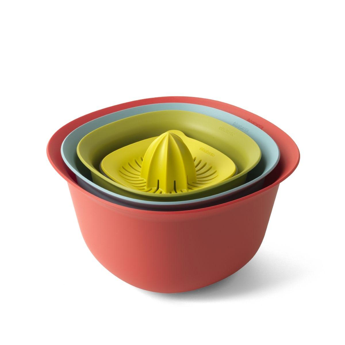 Стильный кухонный набор включает все самые необходимые кухонные  принадлежности.  В набор входят: миски 1,5 и 3,2 л, дуршлаг, соковыжималка для цитрусовых с  мерным стаканом.  Экономия места на кухне и удобное хранение в выдвижном ящике – изделия  составляются одно в другое.  Легко моются – можно мыть в посудомоечной машине.  Миски и мерный стакан имеют нескользящее основание.  Мерный стакан вместимостью 500 мл имеет четкие мерные деления в мл, пинтах,  порциях и жидких унциях.  Соковыжималка подходит для приготовления сока из любых цитрусовых.