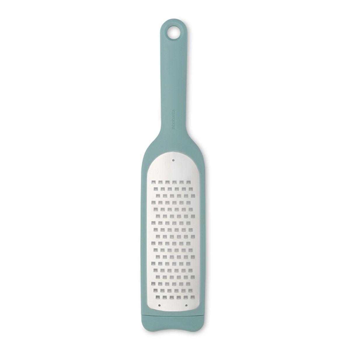 Терка Brabantia Tasty Colours, длина 35,5 см110122Идеальная терка для шинковки капусты, измельчения мягких видов сыров, цуккини, картофеля, яблок, тыквы и т.п. Удобна в хранении – петелька для подвешивания; Длинная ручка позволяет прочно удерживать изделие во время использования; Легко моется – можно мыть в посудомоечной машине; Прочная - изготовлена из нержавеющей стали с остро наточенными зубцами; Повышенная устойчивость – нескользящее основание; Благодаря специальным прорезям на задней поверхности терка надежно удерживается в миске или сковороде; Повышенная безопасность – прозрачный защитный футляр; Гарантия 5 лет.