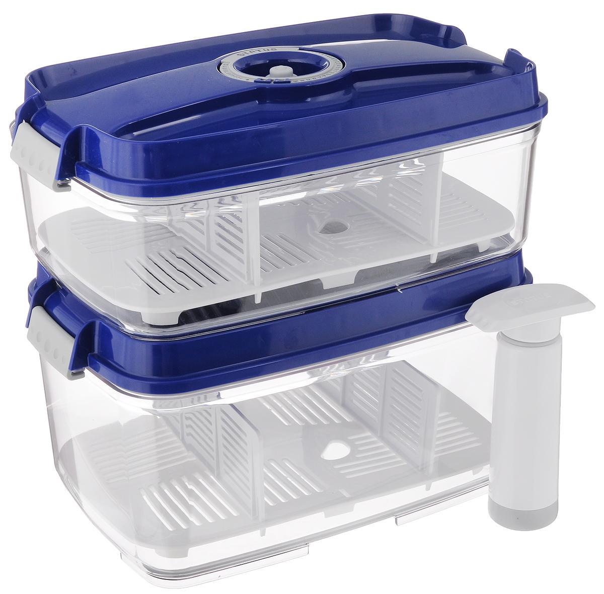 """Набор вакуумных контейнеров """"Status"""" выполнен из  хрустально-прозрачного прочного тритана.  Благодаря вакууму, продукты не подвергаются  внешнему воздействию, и срок хранения  значительно увеличивается, сохраняют свои  вкусовые качества и аромат, а  запахи в холодильнике не перемешиваются.  Допускается замораживание до -21°C, мойка  контейнеров в посудомоечной машине, разогрев в  СВЧ (без крышки).  Рекомендовано хранение следующих продуктов:  макаронные изделия, крупа, мука, кофе в зёрнах,  сухофрукты, супы, соусы.  Каждый контейнер имеет индикатор даты, который  позволяет отмечать дату конца срока годности  продуктов.  К каждому контейнеру прилагаются 2 разделителя и поддон. В комплекте также имеется  вакуумный ручной насос, с помощью которого одним простым движением можно быстро  выкачать воздух из контейнера. Объем первого контейнера: 3 л. Объем второго контейнера: 4,5 л. Размер двух контейнеров (по верхнему краю): 27 х 18,5 см. Высота первого контейнера (без учета крышки): 8,5 см. Высота второго контейнера (без учета крышки): 12,5 см. Высота первого контейнера (с учетом крышки): 11,5 см. Высота второго контейнера (с учетом крышки): 15,5 см. Размер поддонов: 25,5 х 16,5 см. Длина насоса (в сложенном виде): 14,2 см. Длина насоса (в разложенном виде): 22,7 см."""