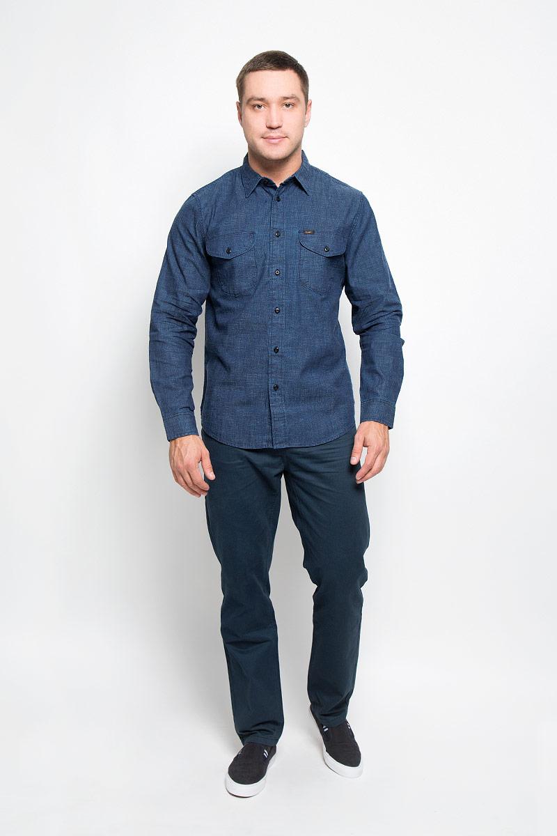 Рубашка мужская Lee, цвет: темно-синий джинс. L866MD13. Размер S (46)L866MD13Мужская рубашка Lee, выполненная из натурального хлопка, идеально дополнит ваш образ. Материал плотный, тактильно приятный, не стесняет движений и позволяет коже дышать, обеспечивая комфорт при носке.Рубашка прямого кроя с отложным воротником и длинными рукавами застегивается на пуговицы по всей длине. Манжеты также имеют застежки-пуговицы. На груди модель дополнена двумя накладными карманами с клапанами на пуговицах. Изделие украшено фирменными нашивками.Такая модель будет дарить вам комфорт в течение всего дня и станет стильным дополнением к вашему гардеробу.