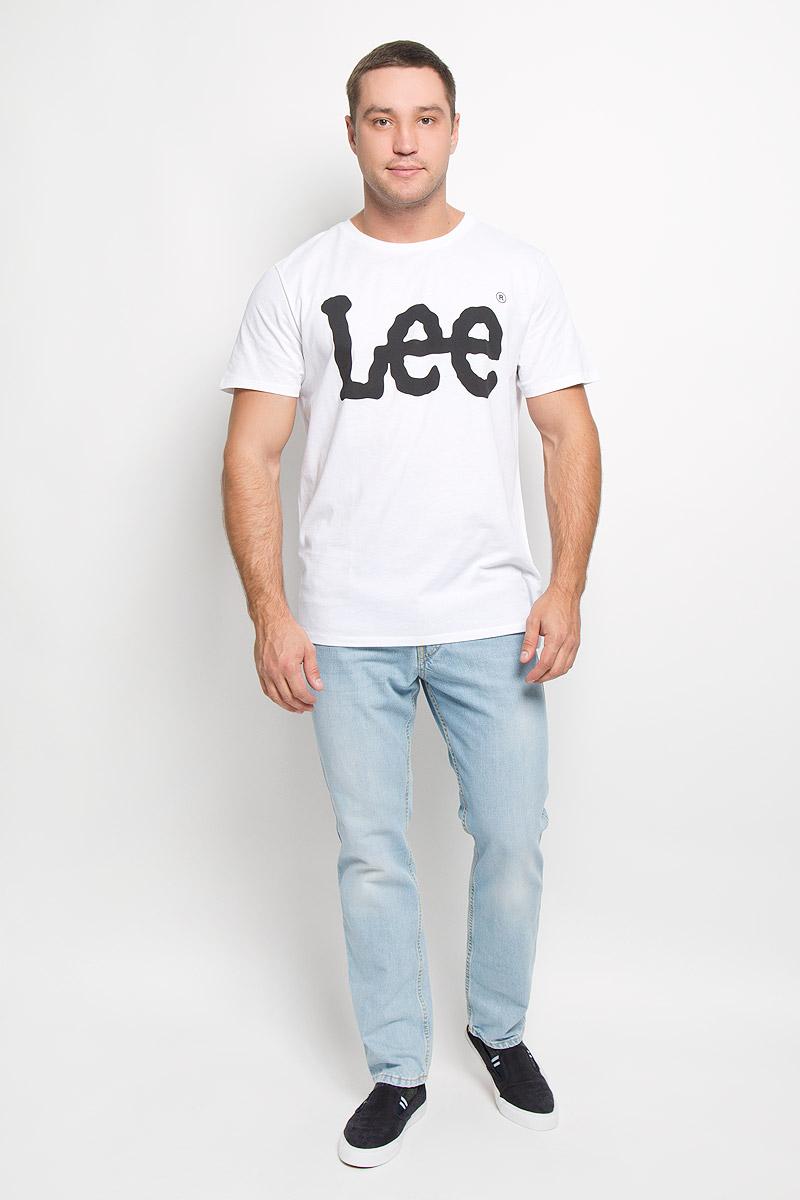 Футболка мужская Lee, цвет: белый. L64CAI12. Размер M (48)L64CAI12Стильная мужская футболка Lee выполнена из натурального хлопка. Материал очень мягкий и приятный на ощупь, обладает высокой воздухопроницаемостью и гигроскопичностью, позволяет коже дышать. Модель прямого кроя с круглым вырезом горловины и короткими рукавами. Горловина обработана трикотажной резинкой, которая предотвращает деформацию после стирки и во время носки. Модель оформлена термоаппликацией в виде названия бренда. Такая модель подарит вам комфорт в течение всего дня и послужит замечательным дополнением к вашему гардеробу.
