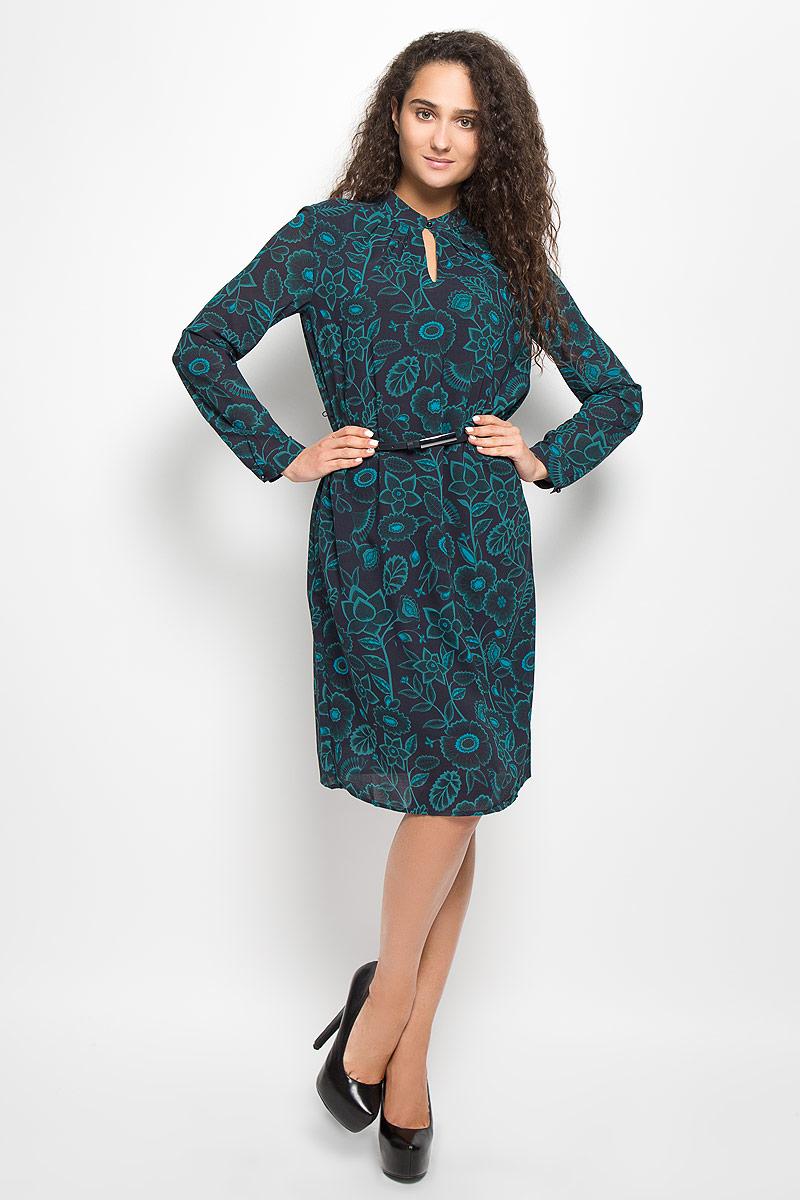 Платье Baon, цвет: темно-синий, зеленый. B411. Размер S (44)B411_Night Forest PrintedМодное платье Baon поможет создать отличный современный образ. Модель, изготовленная из полиэстера, оформлена цветочным принтом. Платье-миди свободного кроя с круглым вырезом горловины и длинными рукавами застегивается спереди на пуговицу. Подкладка выполнена из полиэстера. Манжеты рукавов застегиваются на пуговицы. В комплект входит ремень со стильной пряжкой.Такое платье станет стильным дополнением к вашему гардеробу, оно подарит вам комфорт в течение всего дня!
