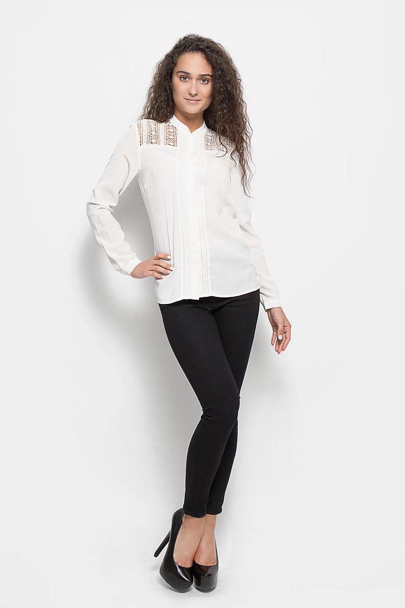 Блузка женская Baon, цвет: молочный. B176502. Размер M (46)B176502_MilkСтильная женская блуза Baon, выполненная из полиэстера, подчеркнет ваш уникальный стиль и поможет создать оригинальный женственный образ.Блузка с длинными рукавами и круглым вырезом горловины застегивается на пуговицы спереди. Манжеты рукавов также застегиваются на пуговицы. Модель украшена кружевными вставками с цветочным узором. Такая блузка идеально подойдет для жарких летних дней. Эта блузка будет дарить вам комфорт в течение всего дня и послужит замечательным дополнением к вашему гардеробу.