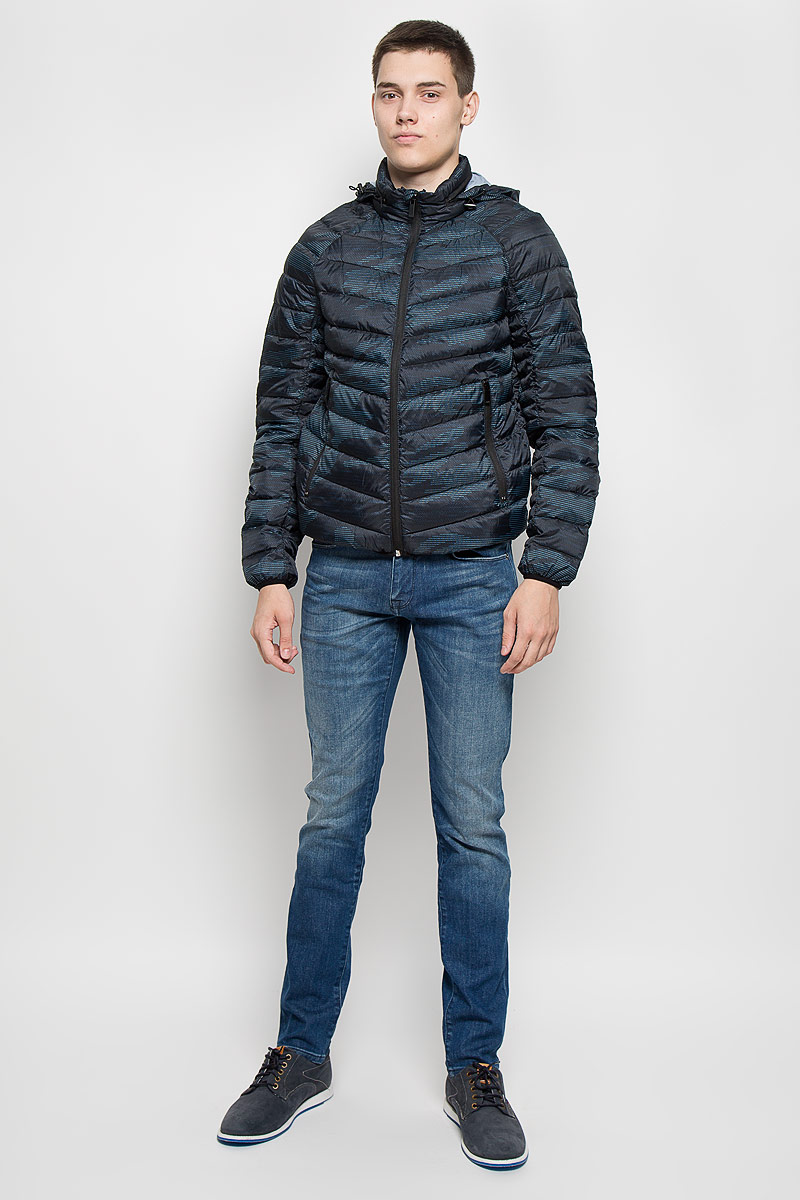Куртка мужская Mexx, цвет: темно-синий, черный, голубой. MX3000581. Размер S (44/46)MX3000581Стильная мужская куртка Mexx превосходно подойдет для прохладных дней. Куртка выполнена из полиэстера и полиамида, она отлично защищает от дождя, снега и ветра, а наполнитель из пуха и пера превосходно сохраняет тепло. Модель с длинными рукавами-реглан и воротником-стойкой застегивается на застежку-молнию с защитой подбородка и ветрозащитной планкой. Куртка имеет несъемный капюшон, который складывается в специальный кармашек на воротнике. Объем капюшона регулируется при помощи шнурка-кулиски со стопперами. Изделие дополнено двумя втачными карманами на застежках-молниях.Эта модная и в то же время комфортная куртка согреет вас в холодное время года и отлично подойдет как для прогулок, так и для активного отдыха.